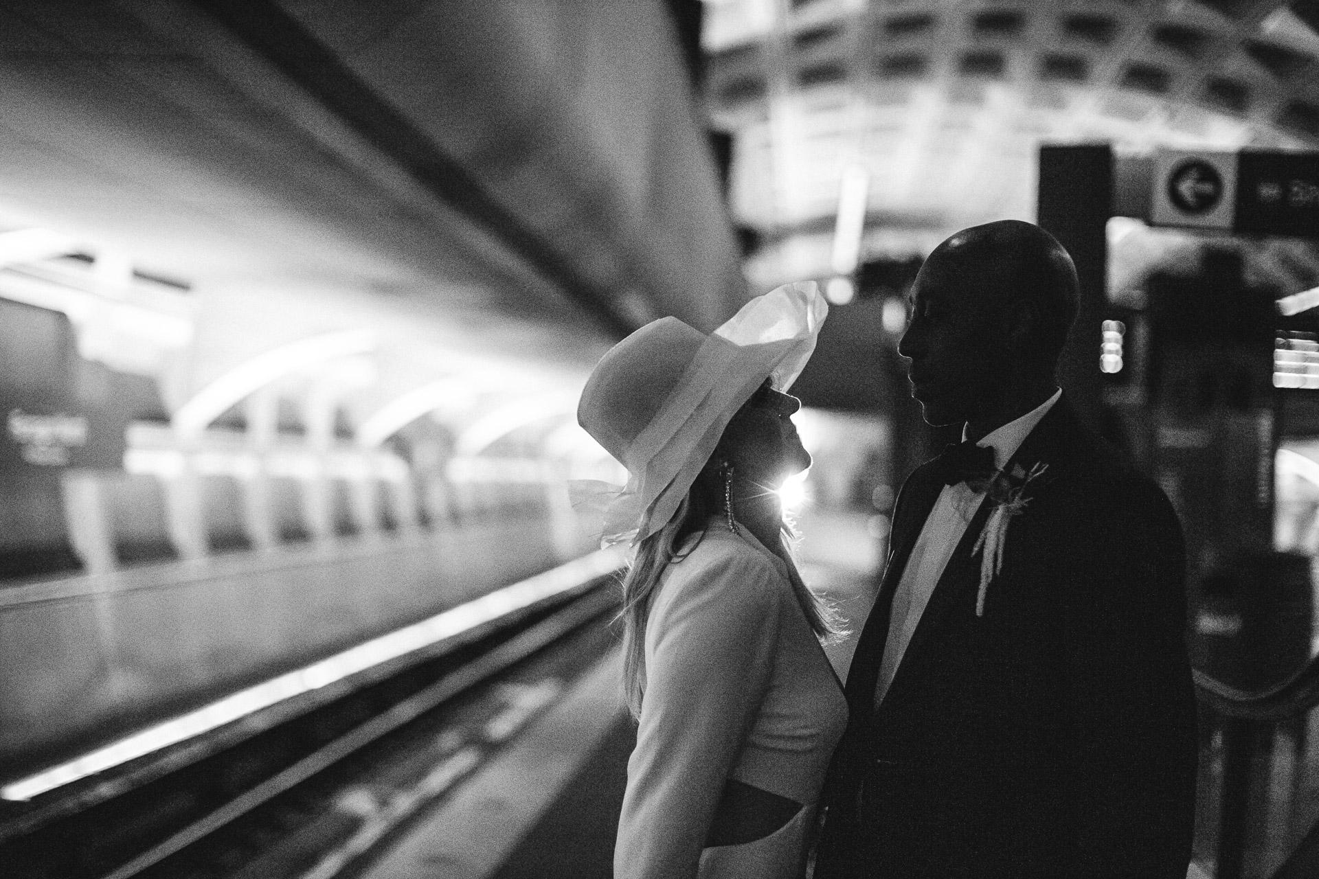 Farragut North Metro Station, Washington, DC Portrait de couple de mariage | Plonger sous terre pour échapper à la tempête de verglas