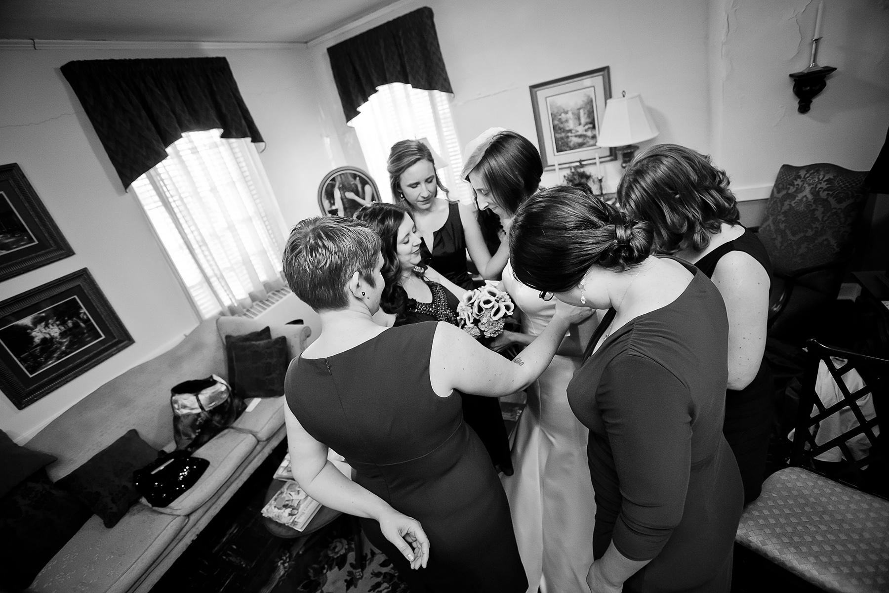 Grace United Methodist Church, GA Trouwfoto's | De bruid is omringd door haar bruidsmeisjes