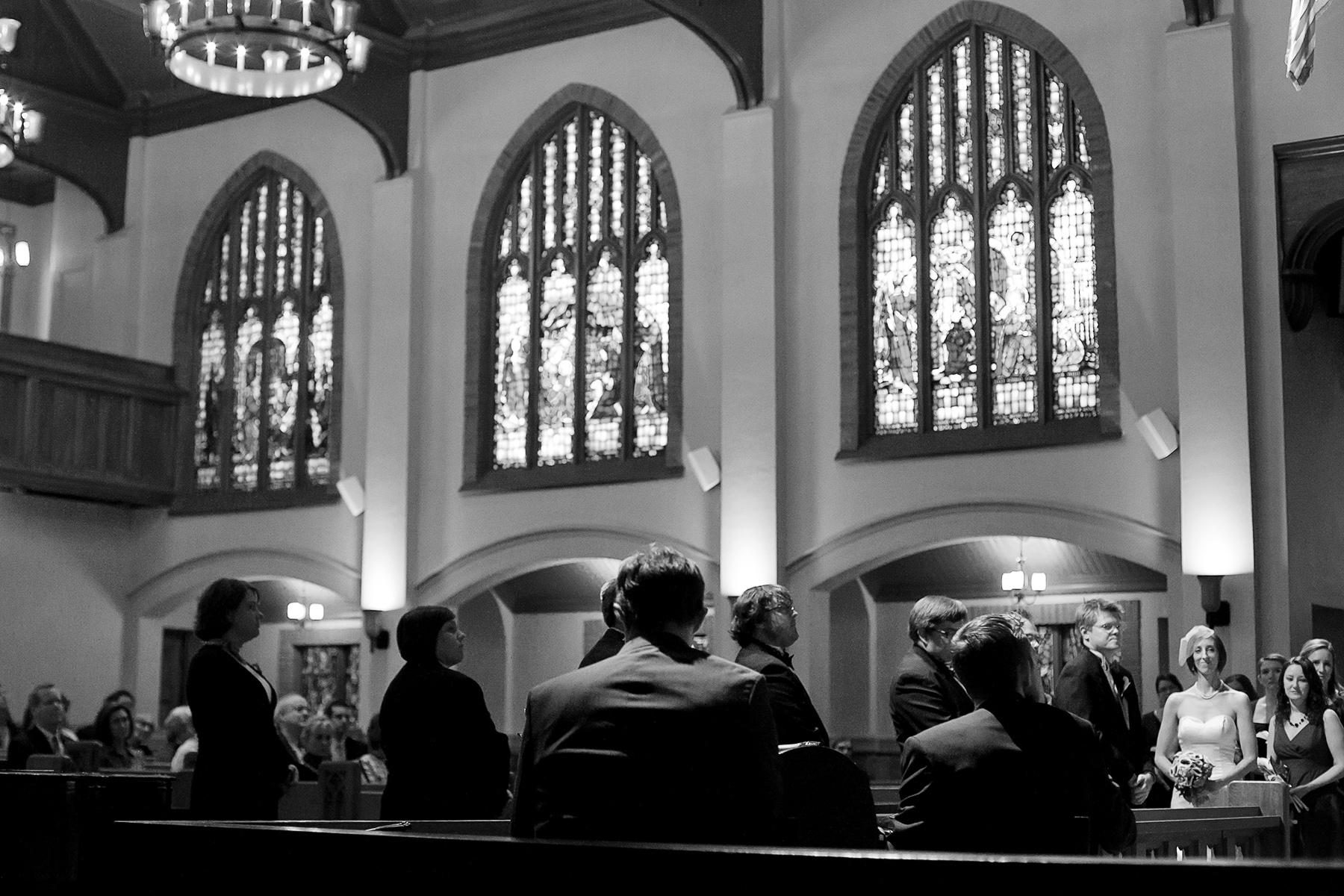 Grace United Methodist Church - Photo de mariage à Atlanta en BW | Le meilleur ami de la mariée du séminaire donne l'homélie lors de la cérémonie