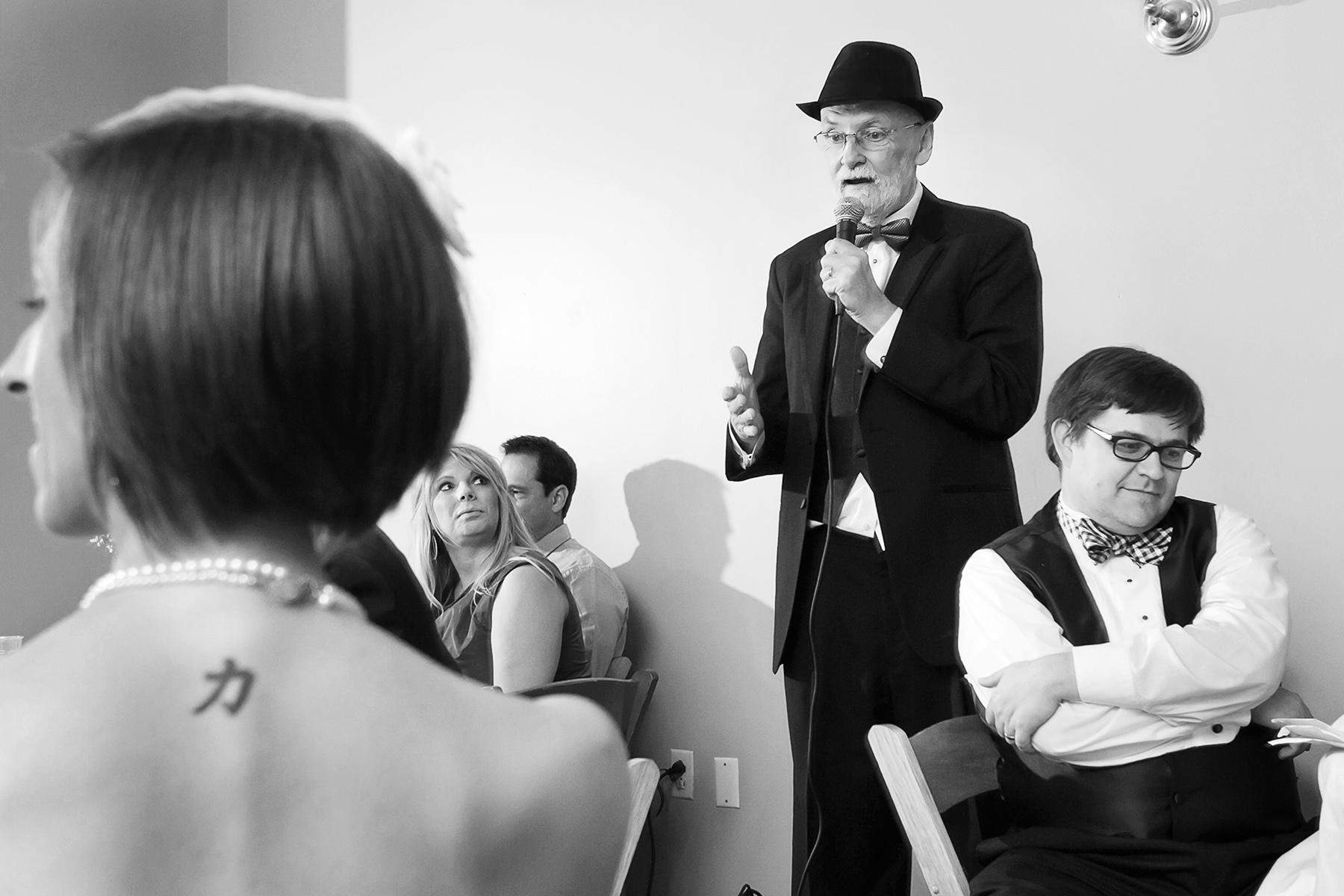 Les photos de mariage au solarium, Decatur Atlanta | Le père de la mariée porte un toast lors de la réception