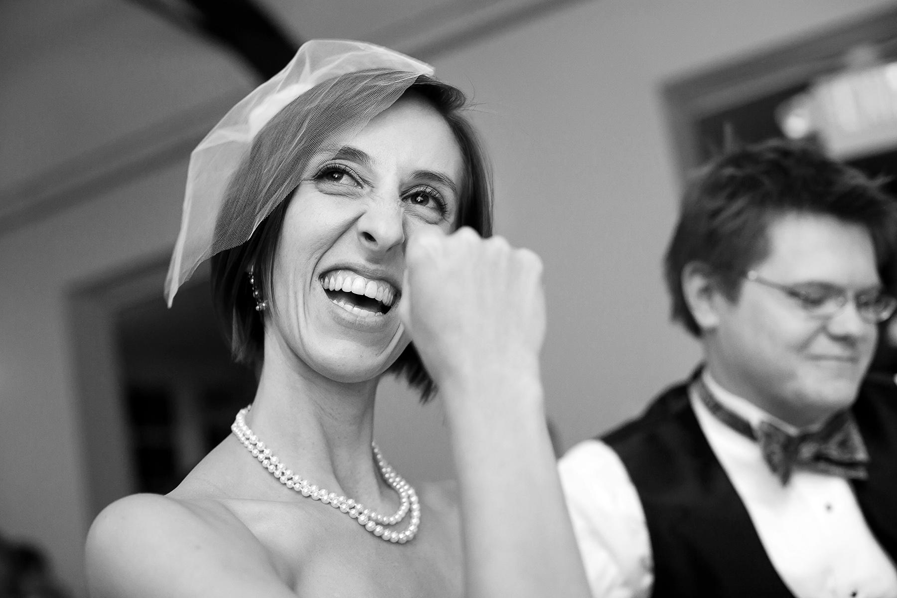 Huwelijksfotografie in The Solarium in Decatur | De bruid reageert op een toast