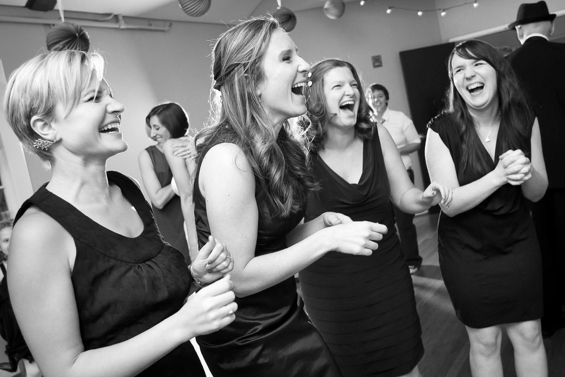 Solarium Decatur, Photographie de mariage GA, Atlanta | Les demoiselles d'honneur célèbrent