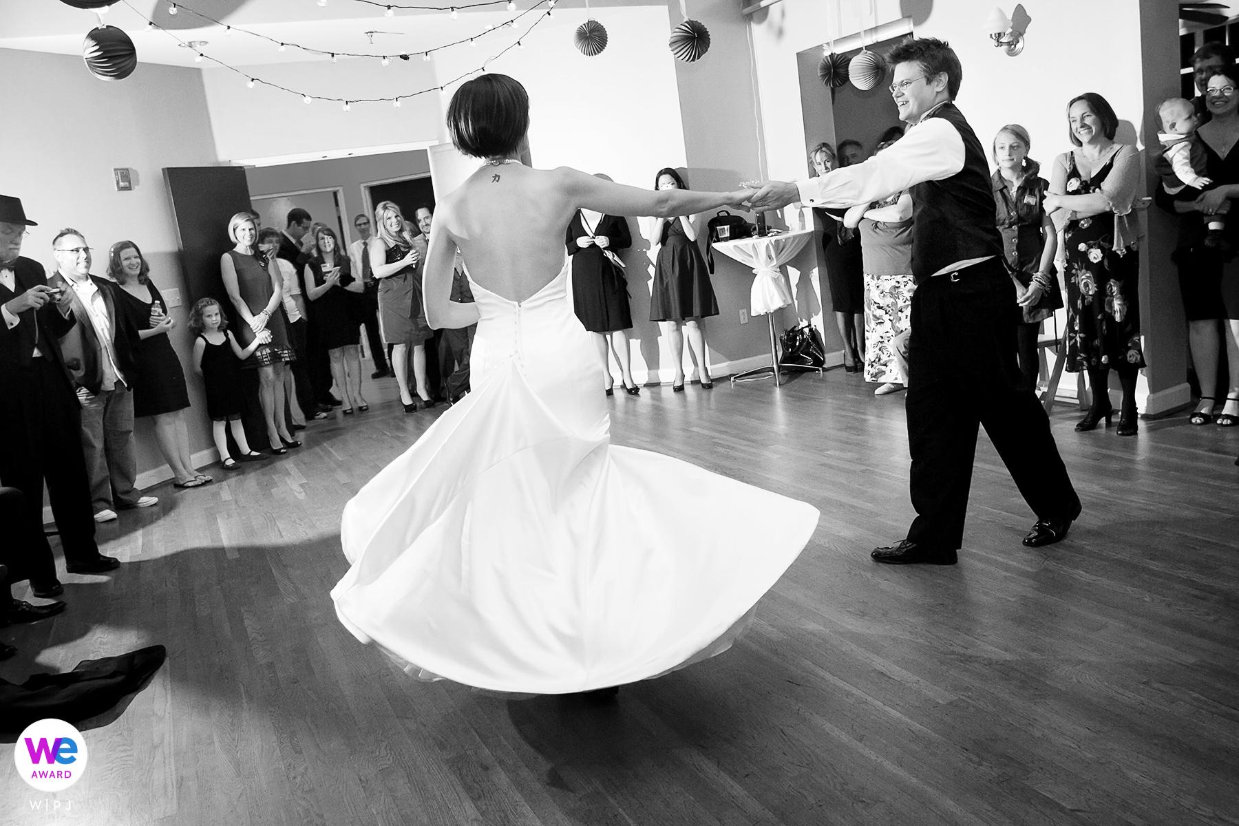 Photographie de mariage Decatur au solarium | Les invités à la réception se rassemblent autour des mariés dansants
