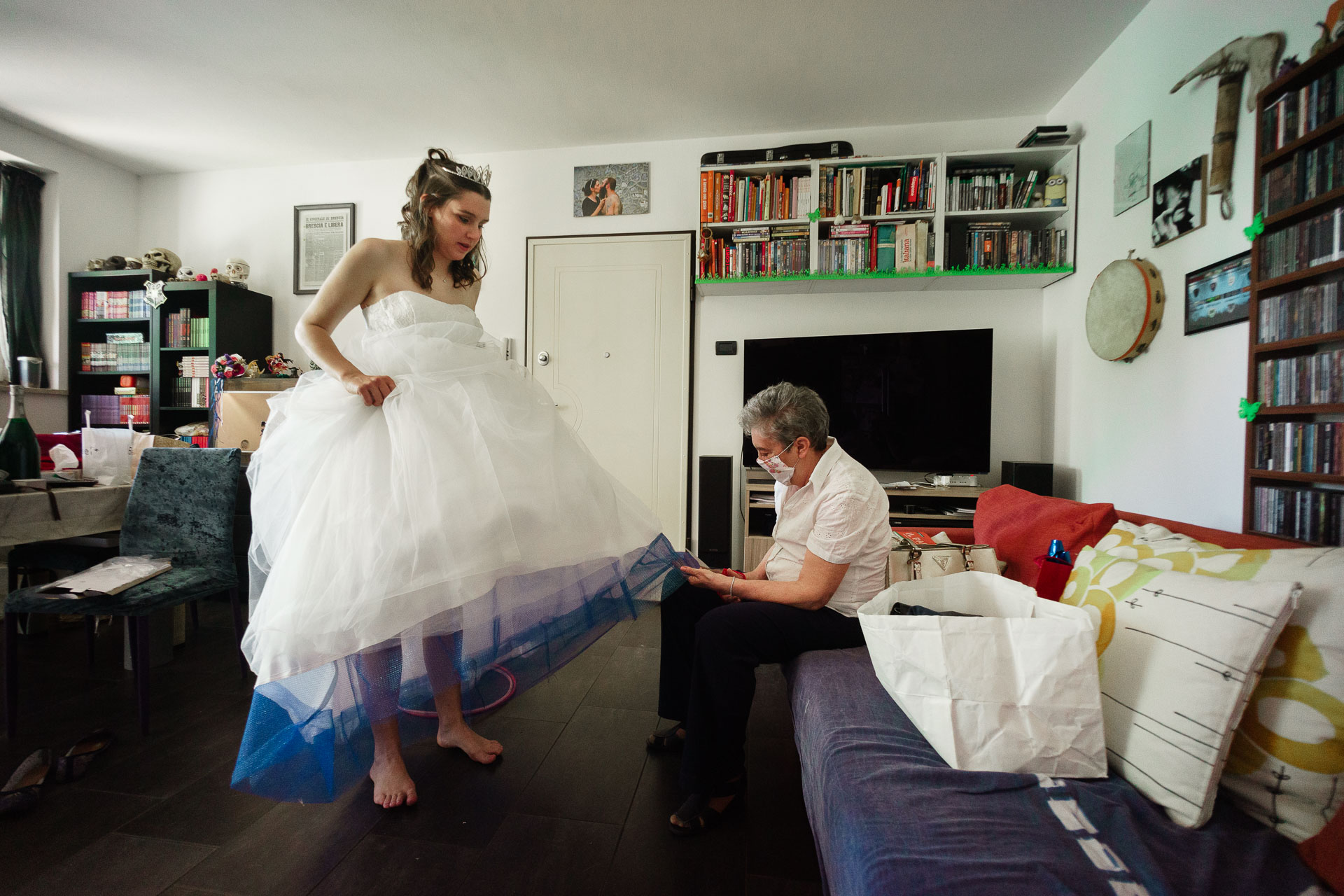 Castegnato BS Wedding Image | Barefoot and relaxed, the bride asks to have her dress altered