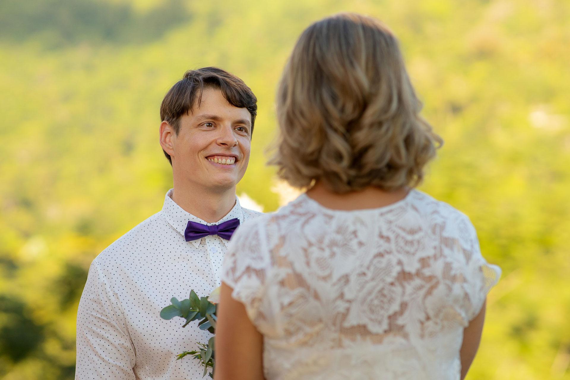 Cérémonie de mariage Pic à Dominical - Costa Rica | un sourire éclatant et des yeux adorateurs