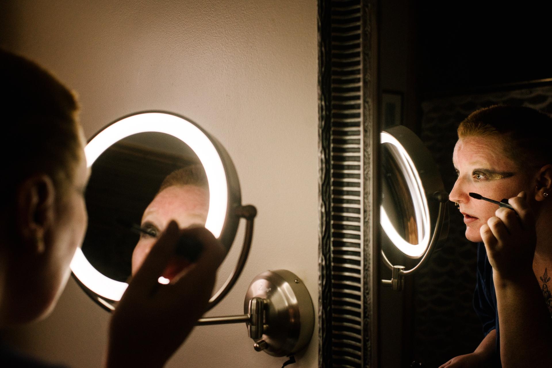 Ontário casamento noiva preparação imagem | A noiva faz a maquiagem na manhã do evento
