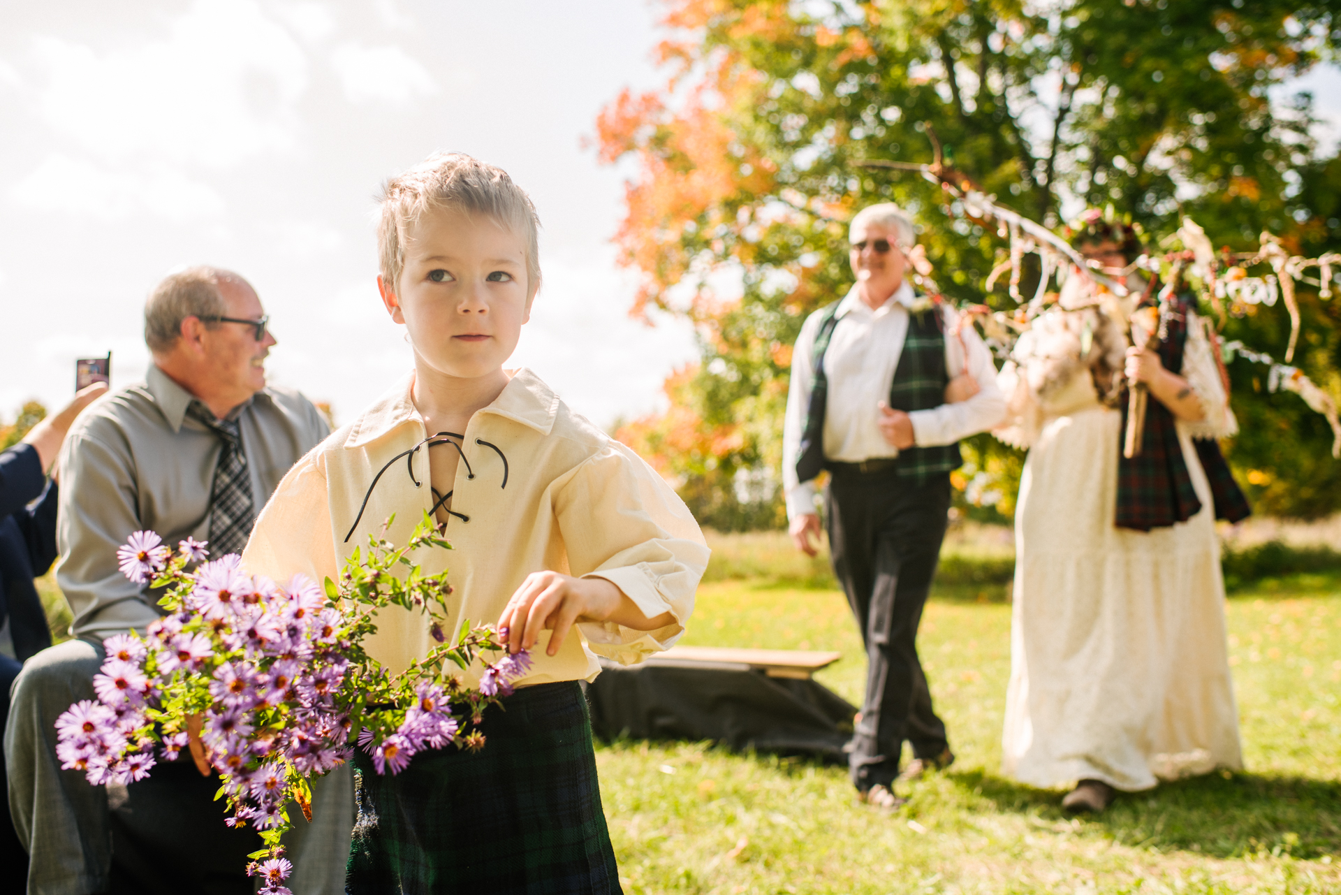 The Bee Spot Family Farm Weddings - Tamworth, Ontario Ceremonie Foto | De zoon van het echtpaar was ook de bloemendrager