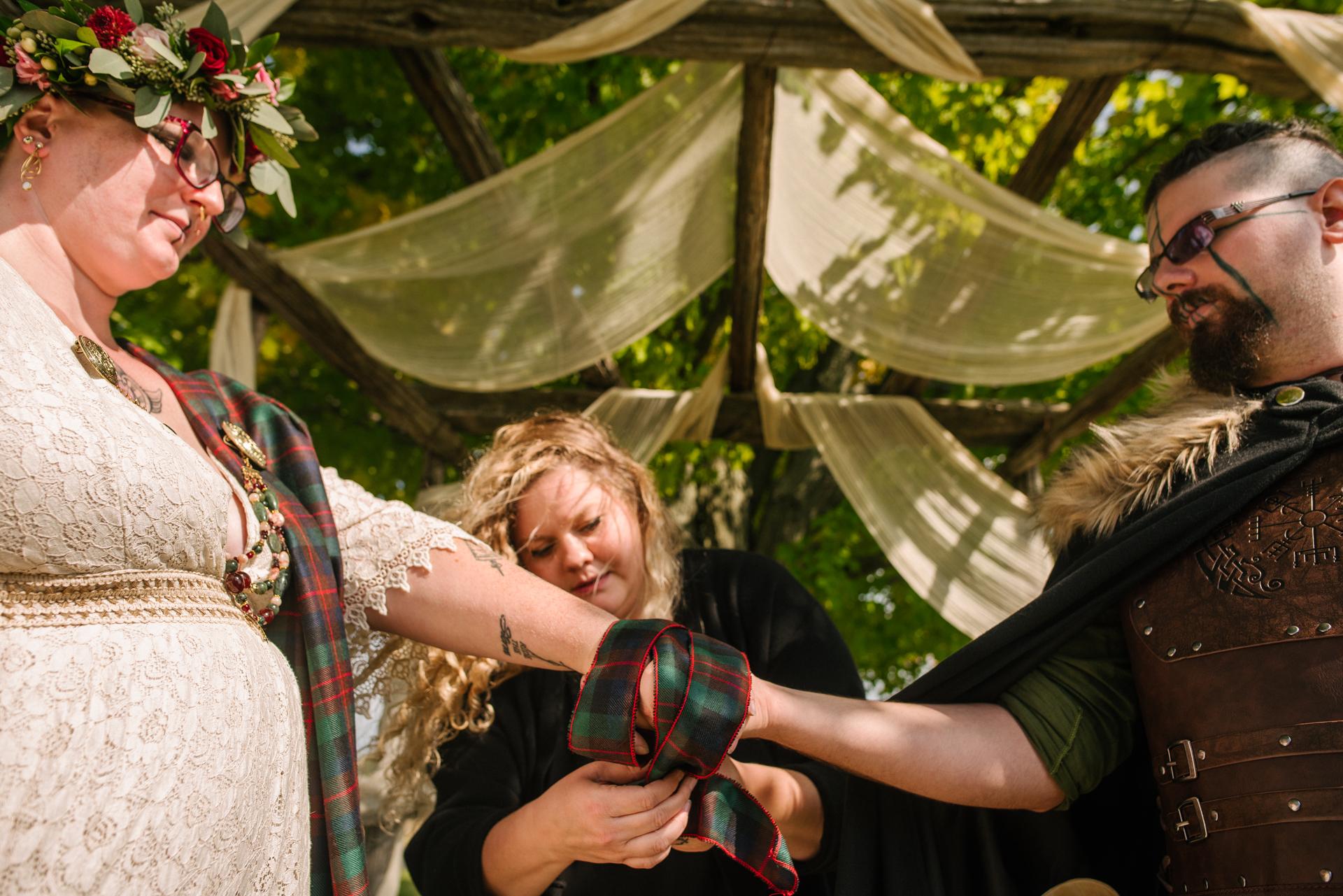 The Bee Spot Farm cerimônia de casamento - fotógrafo de Ontário | Uma cerimônia Viking com as mãos amarradas