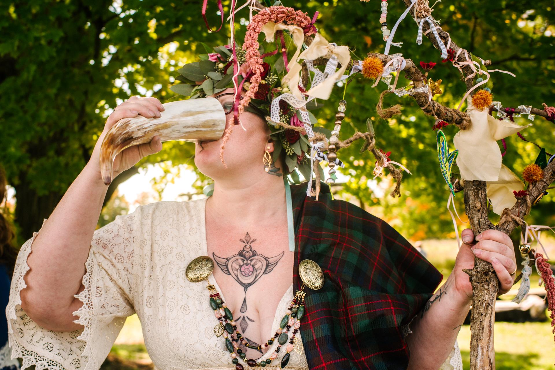 The Bee Spot, Ontário - Fotografia de Casamento | A noiva bebe champanhe sem álcool em seu chifre