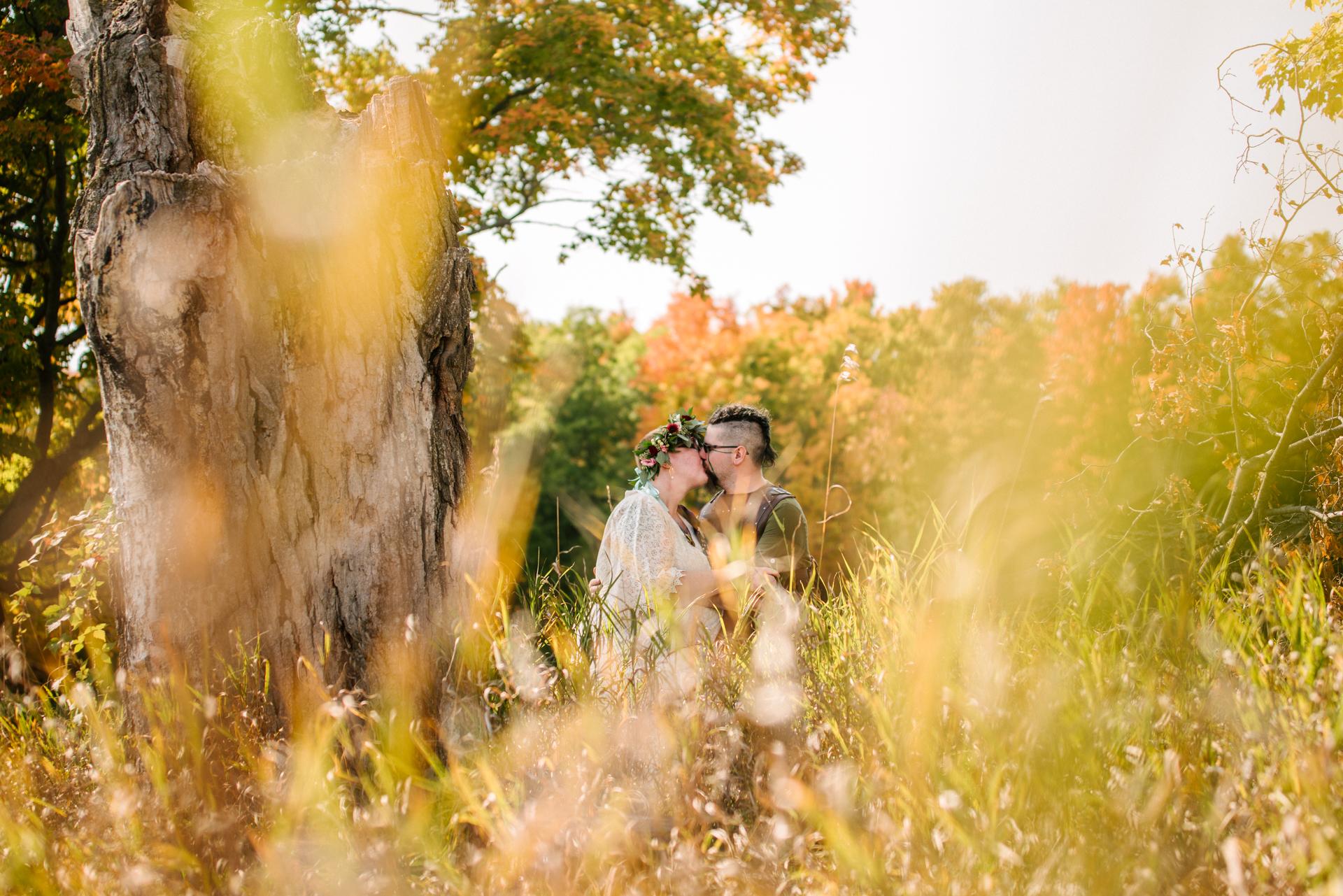 Retrato de casal de casamento ao ar livre em Ontário | Um beijo roubado entre os prados