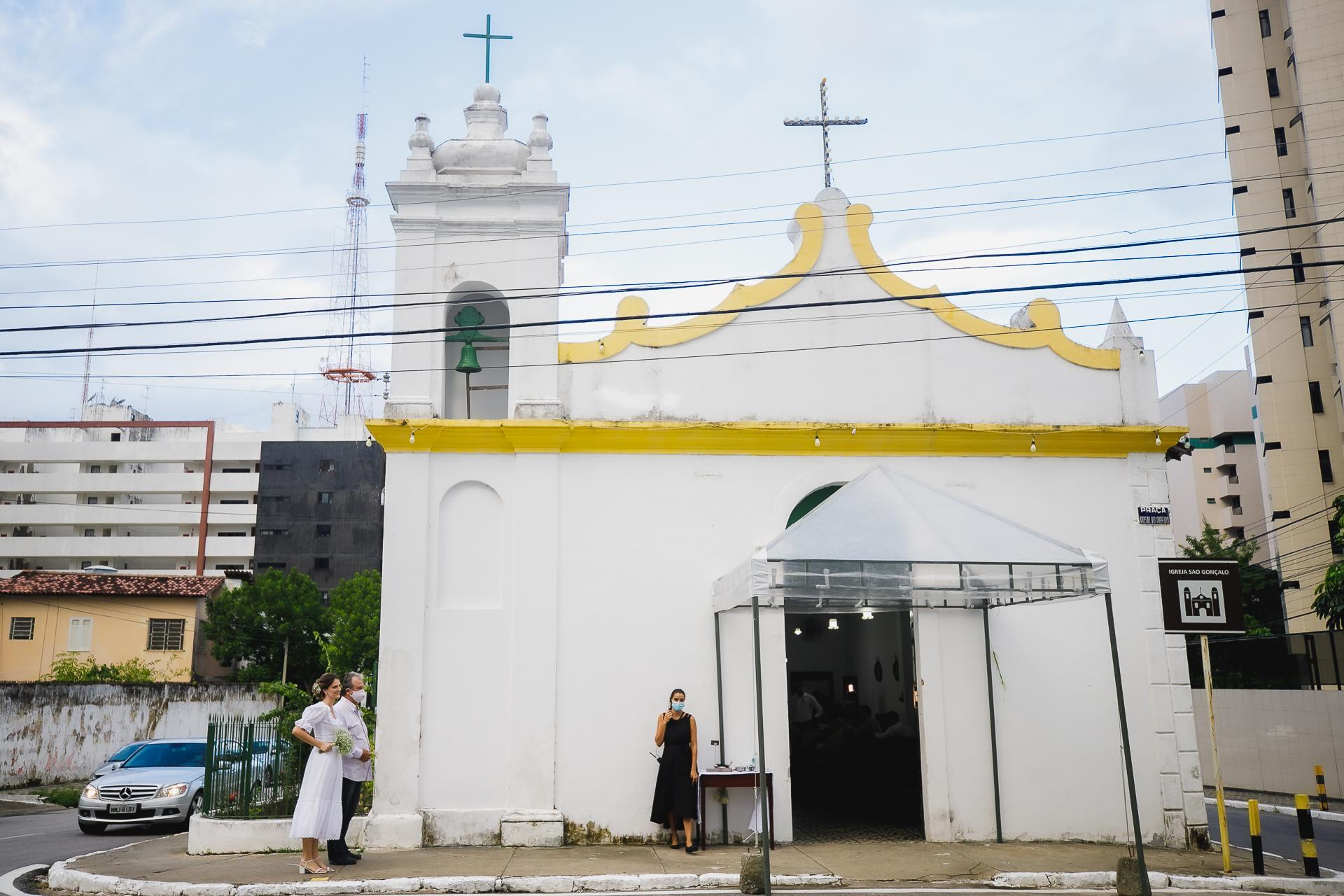 Église de São Gonçalo à Maceio Photographie de mariage | La mariée attend avec son père devant l'entrée de l'église