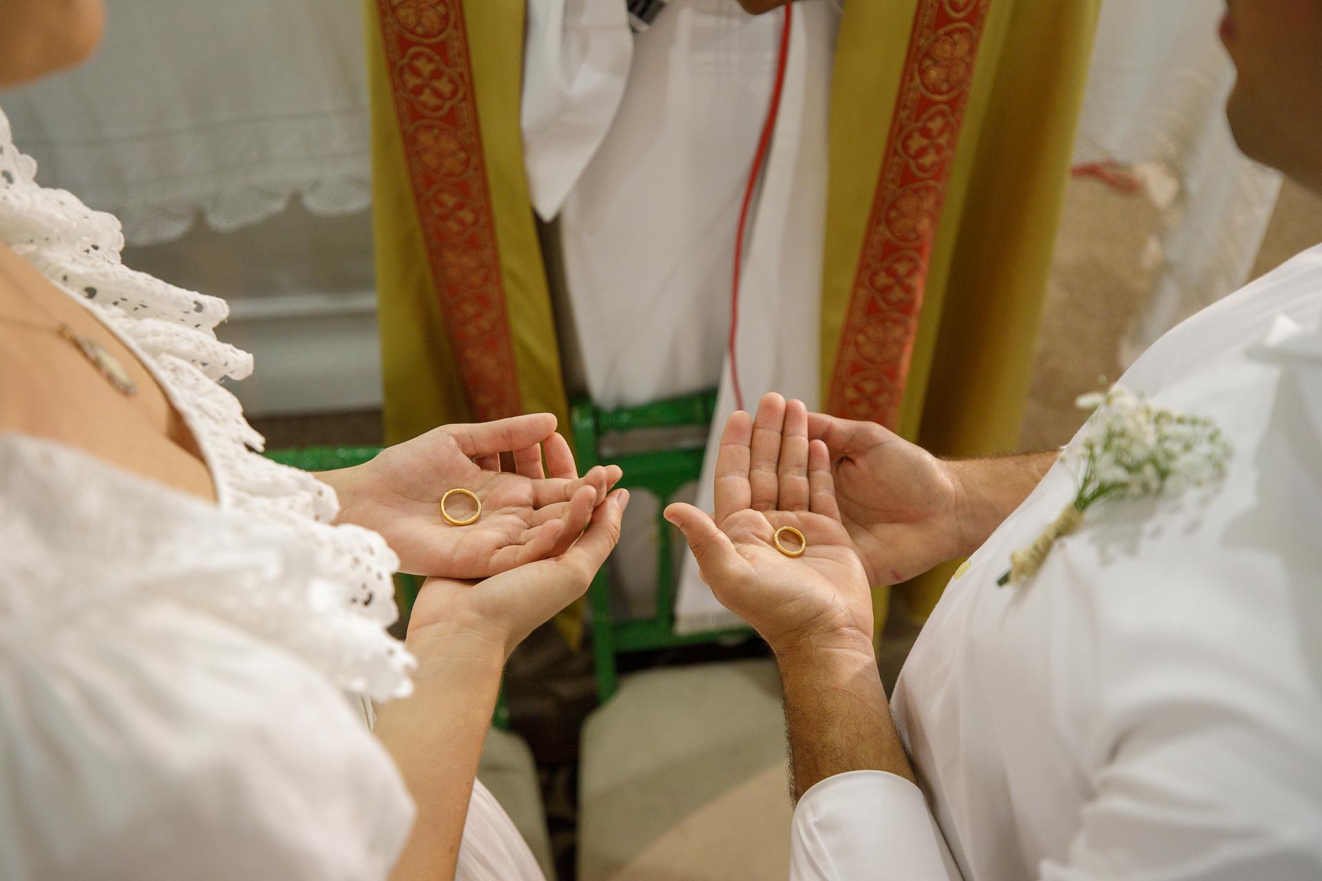 Cérémonie de mariage à l'église Image de Maceio, AL, Brésil | Les anneaux sont bénis lors de la cérémonie religieuse