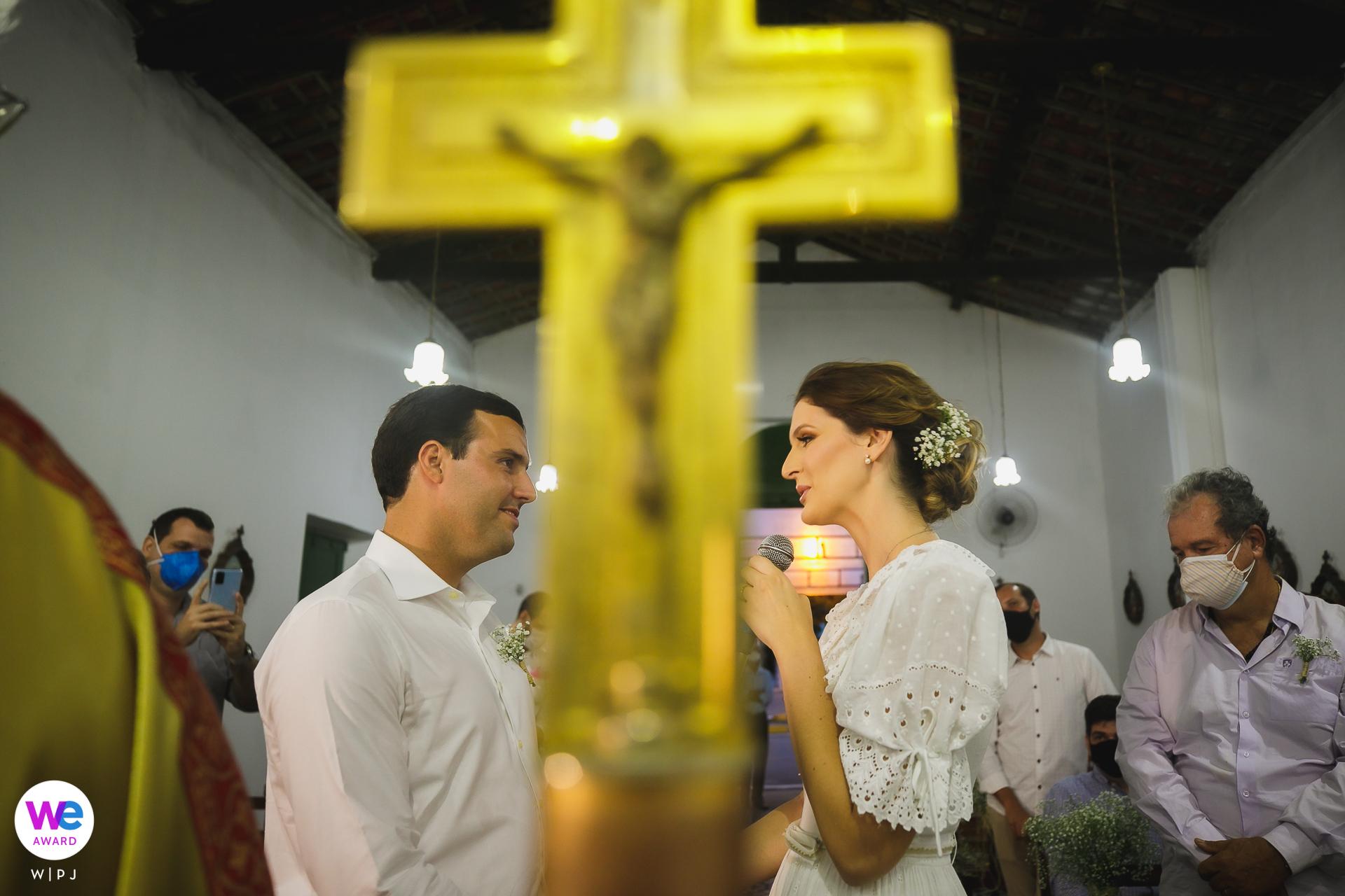 Photo de la cérémonie de l'église à Sao Goncalo à Maceio, Alagoas | le crucifix est le point focal central
