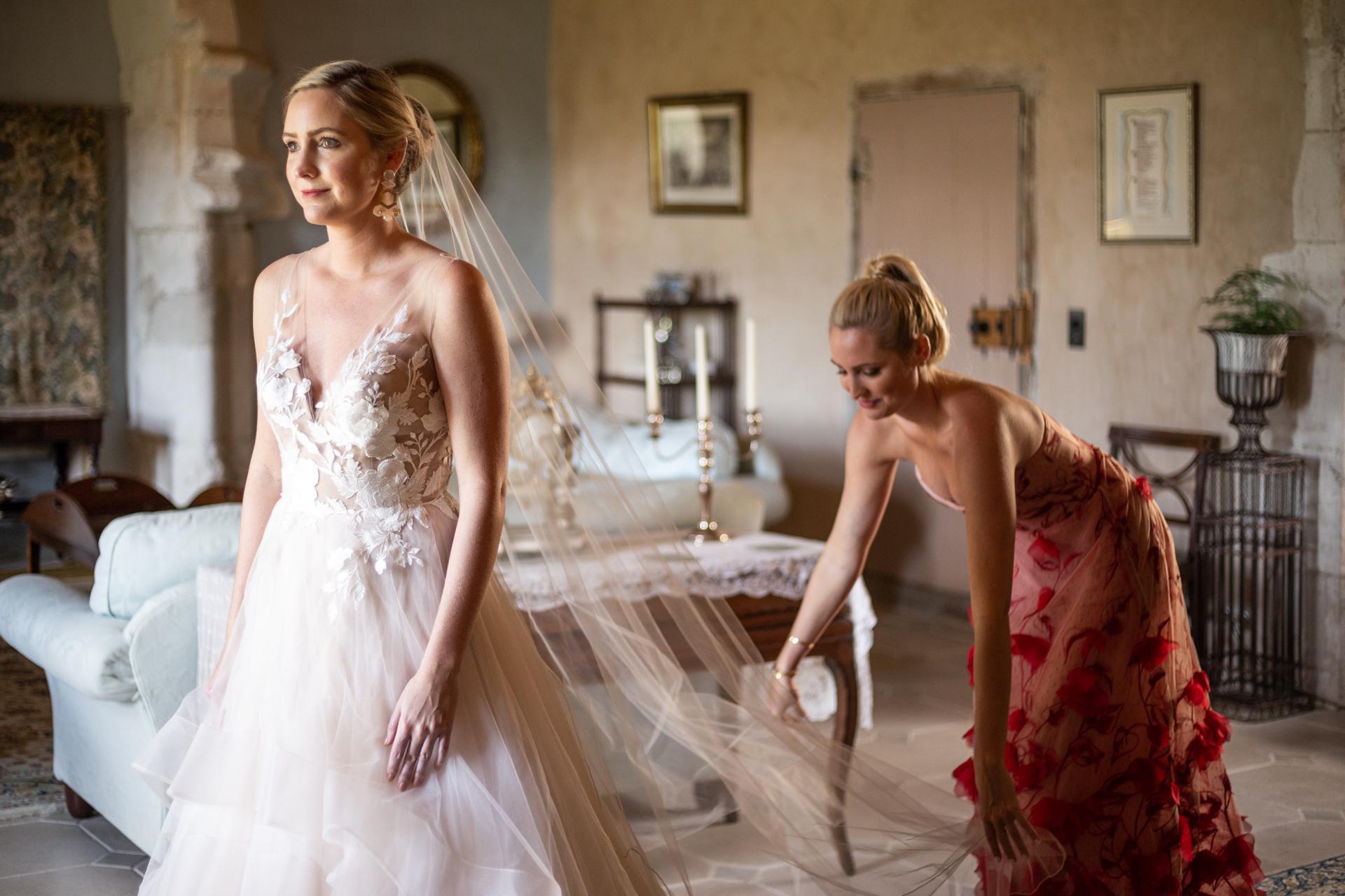 Photo de mariage mariée de Chateau de Brametourte | La soeur de la mariée l'a aidée à se préparer