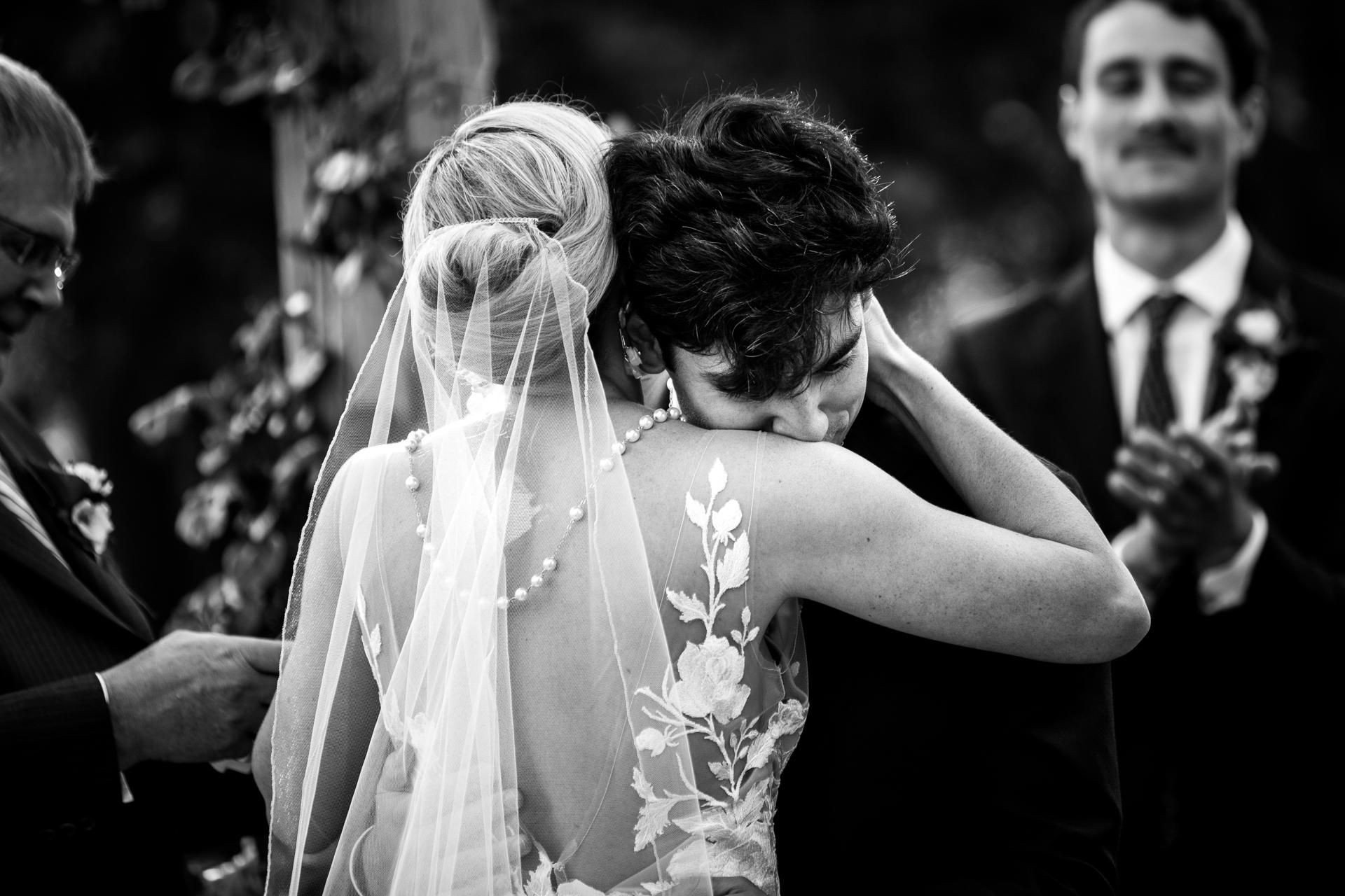 Meilleure photographie de mariage dans le sud de la France | Le marié a été touché après l'échange d'alliances
