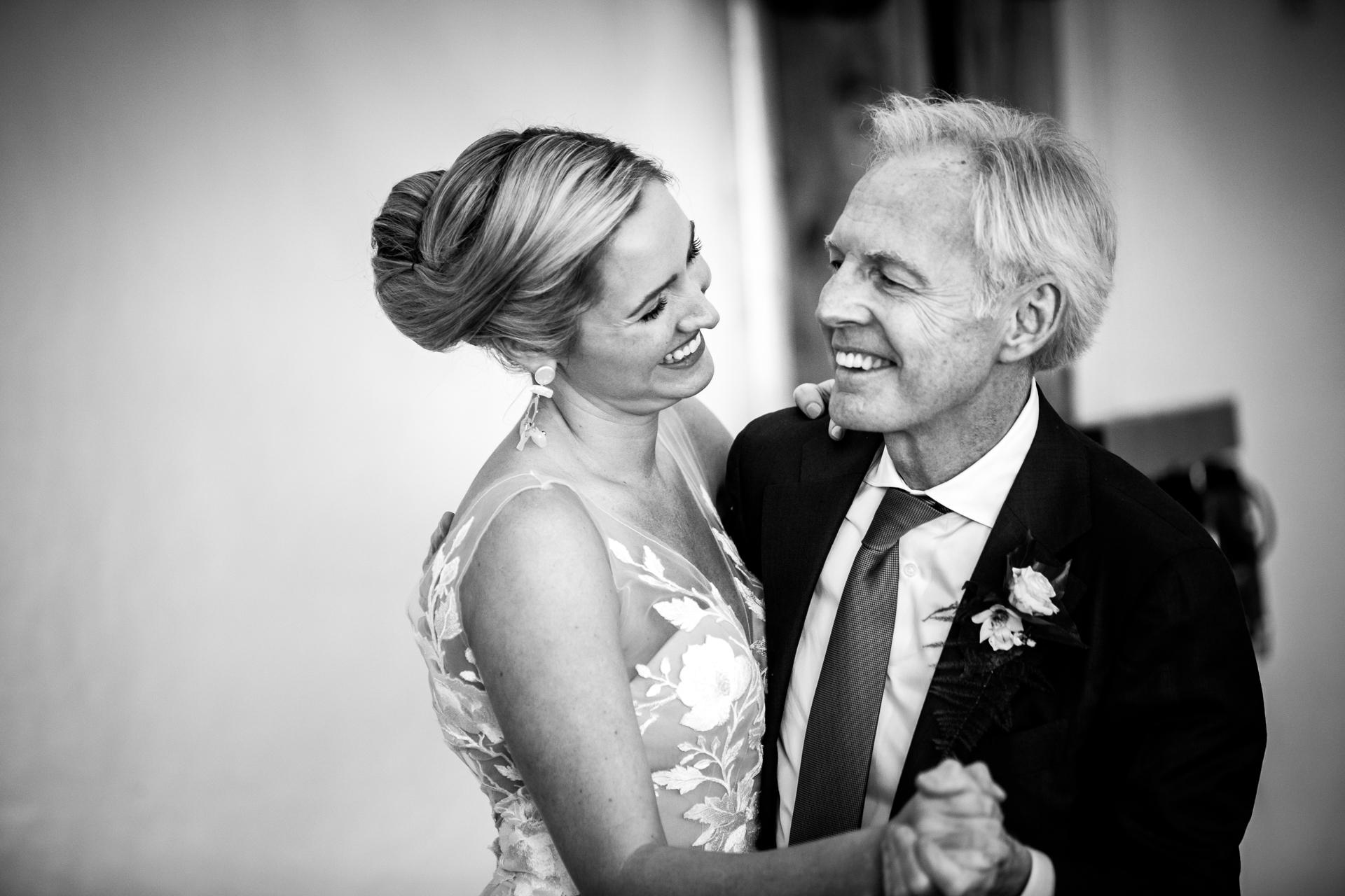 Photographe de mariage dans le sud de la France | La mariée a apprécié le jour de son mariage avec une danse avec son père.