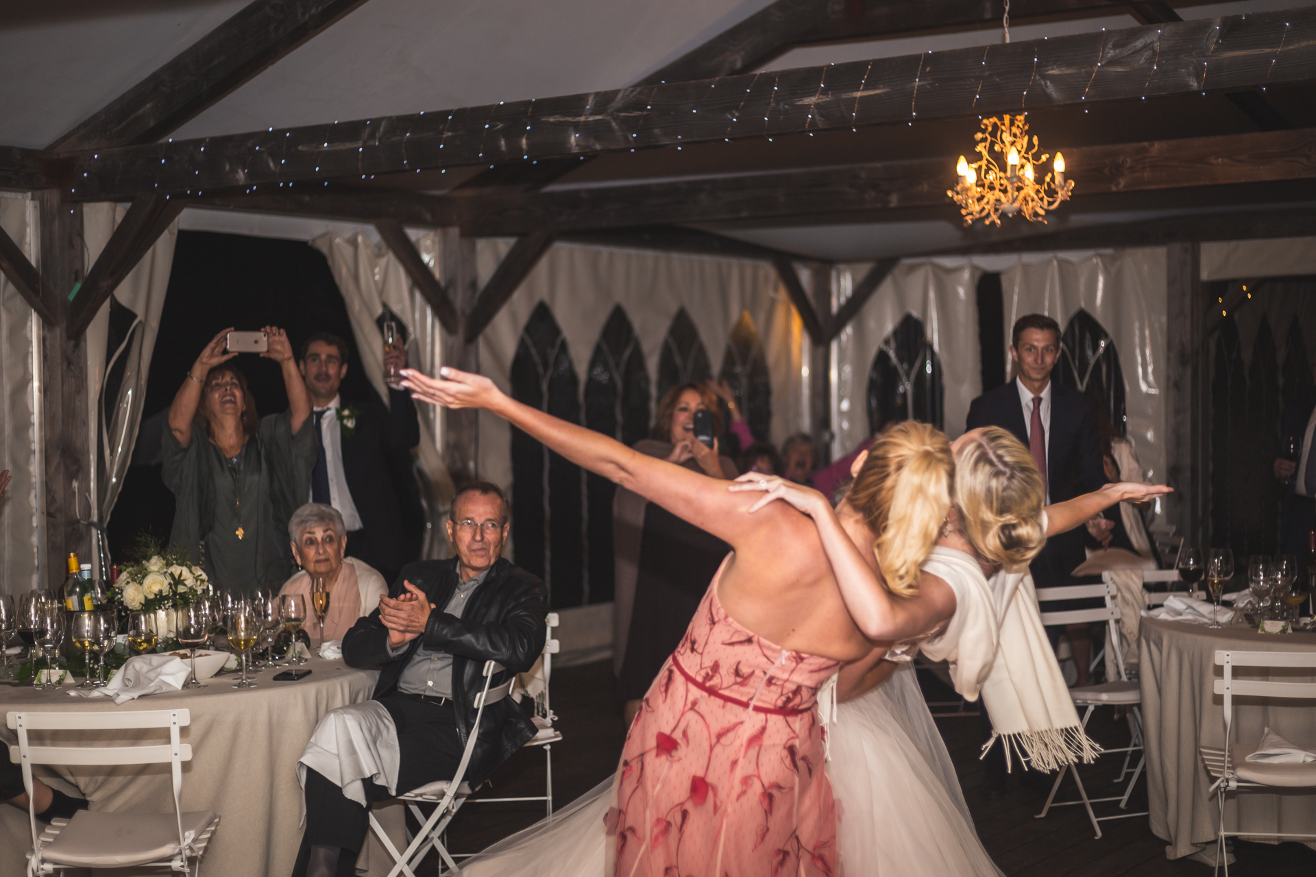 Wedding Photographer Tarn - South of France | The bride and her sister enjoyed a carefree dance together