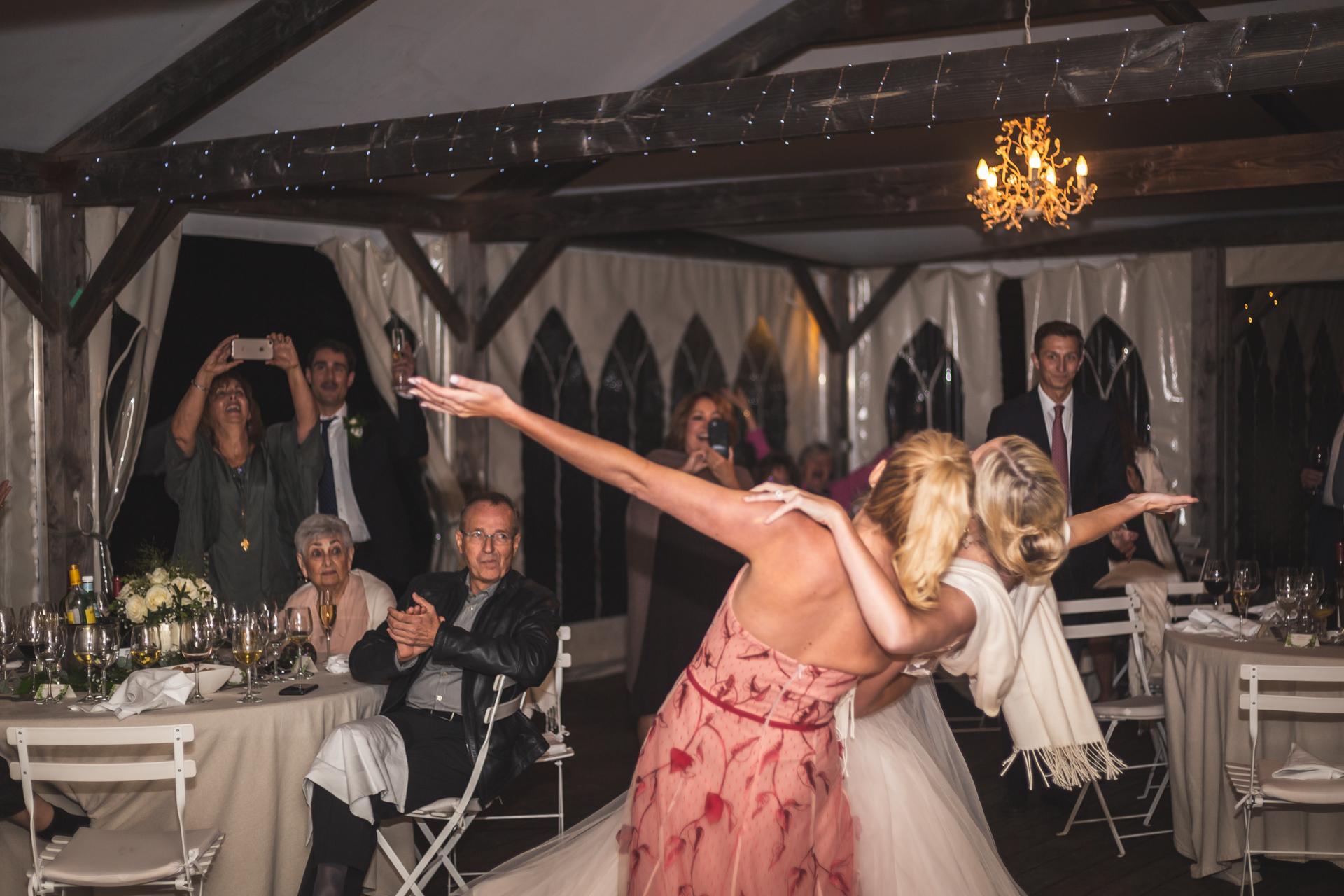 Photographe de mariage Tarn - Sud de la France | La mariée et sa sœur ont profité d'une danse insouciante ensemble