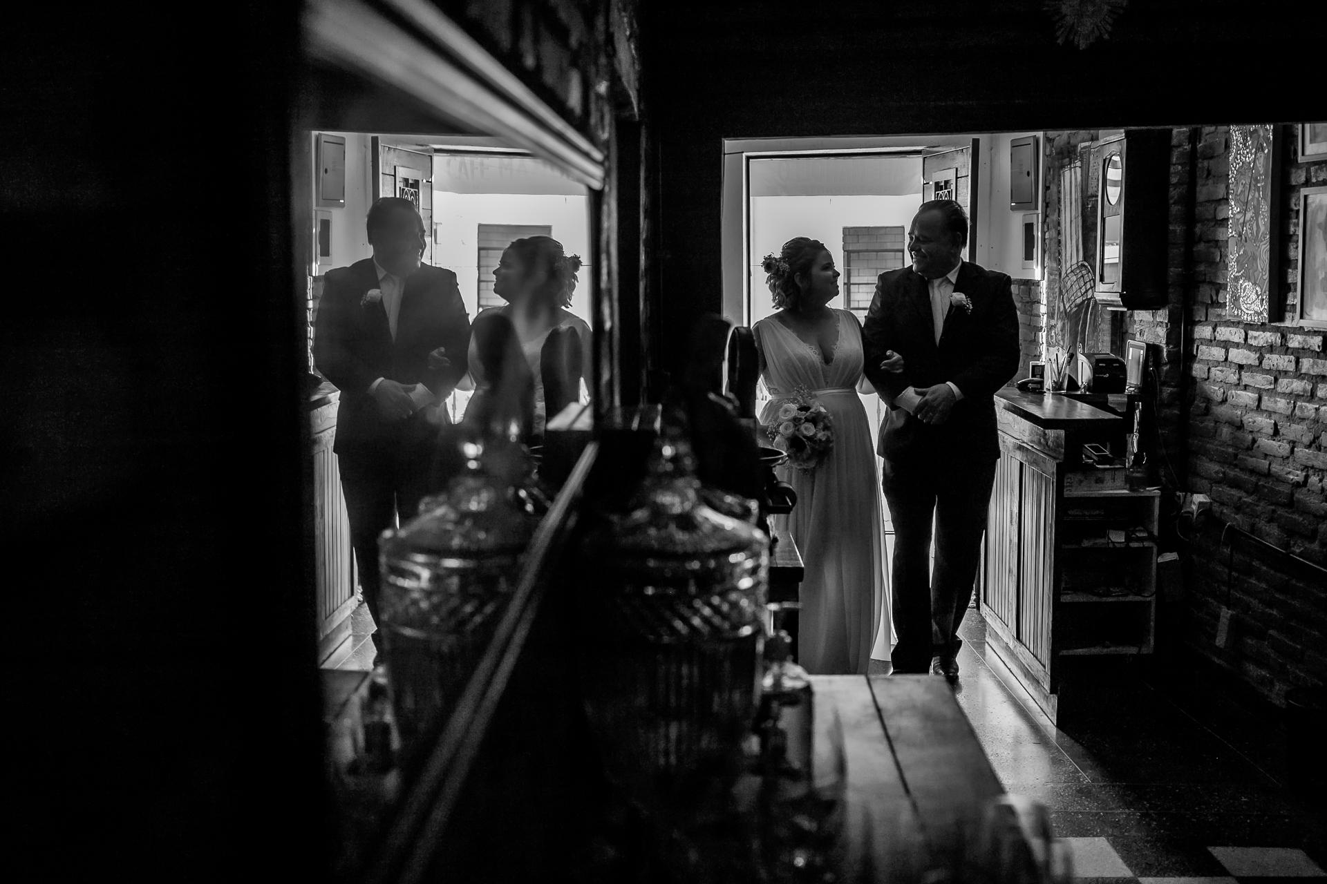 Brésil primé photographie de mariage BW | La mariée partage un regard entendu avec son père