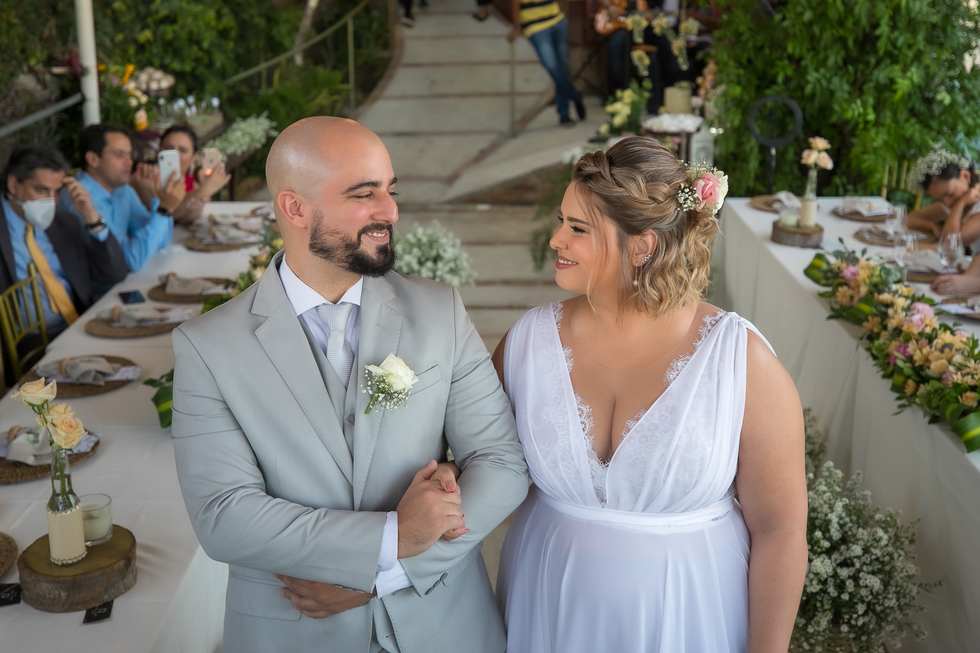 Maceio, Alagoas, Brésil Cérémonie de mariage Pic | les mariés partagent un regard passionné