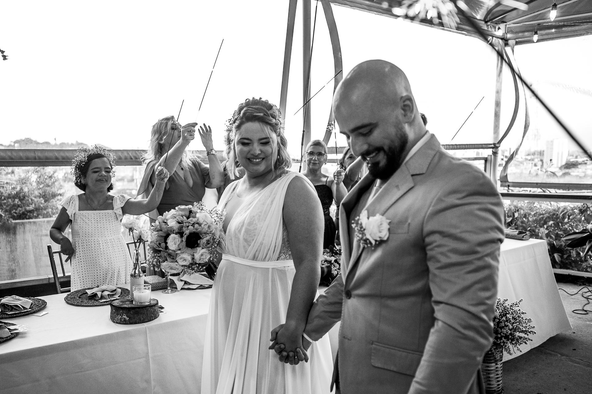 Photos de mariage à Maceio, Brésil | le nouveau mari et la femme marchent main dans la main
