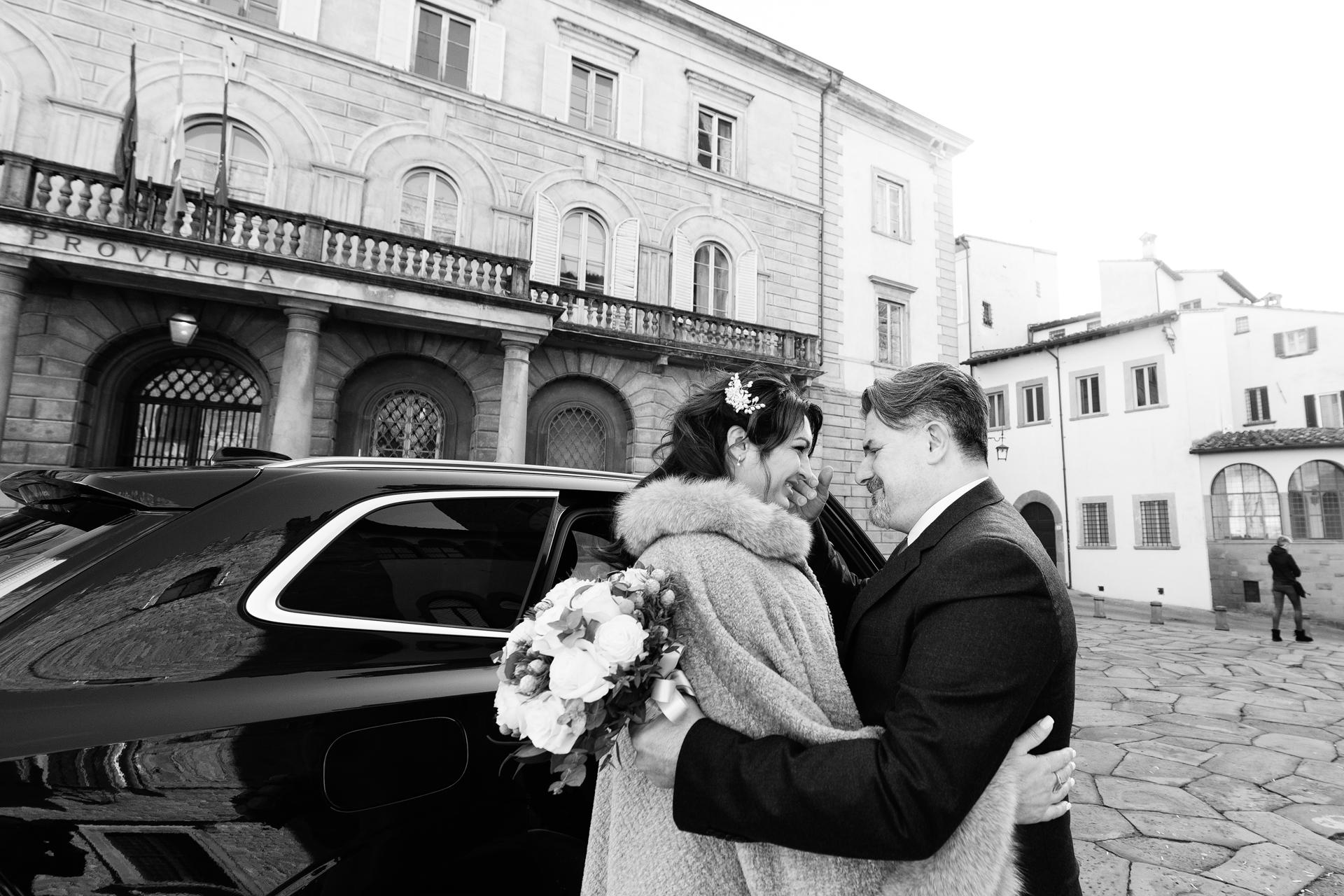Ayuntamiento, Arezzo, Italia Fotografía de bodas en BW | El novio acaricia tiernamente el rostro de su novia