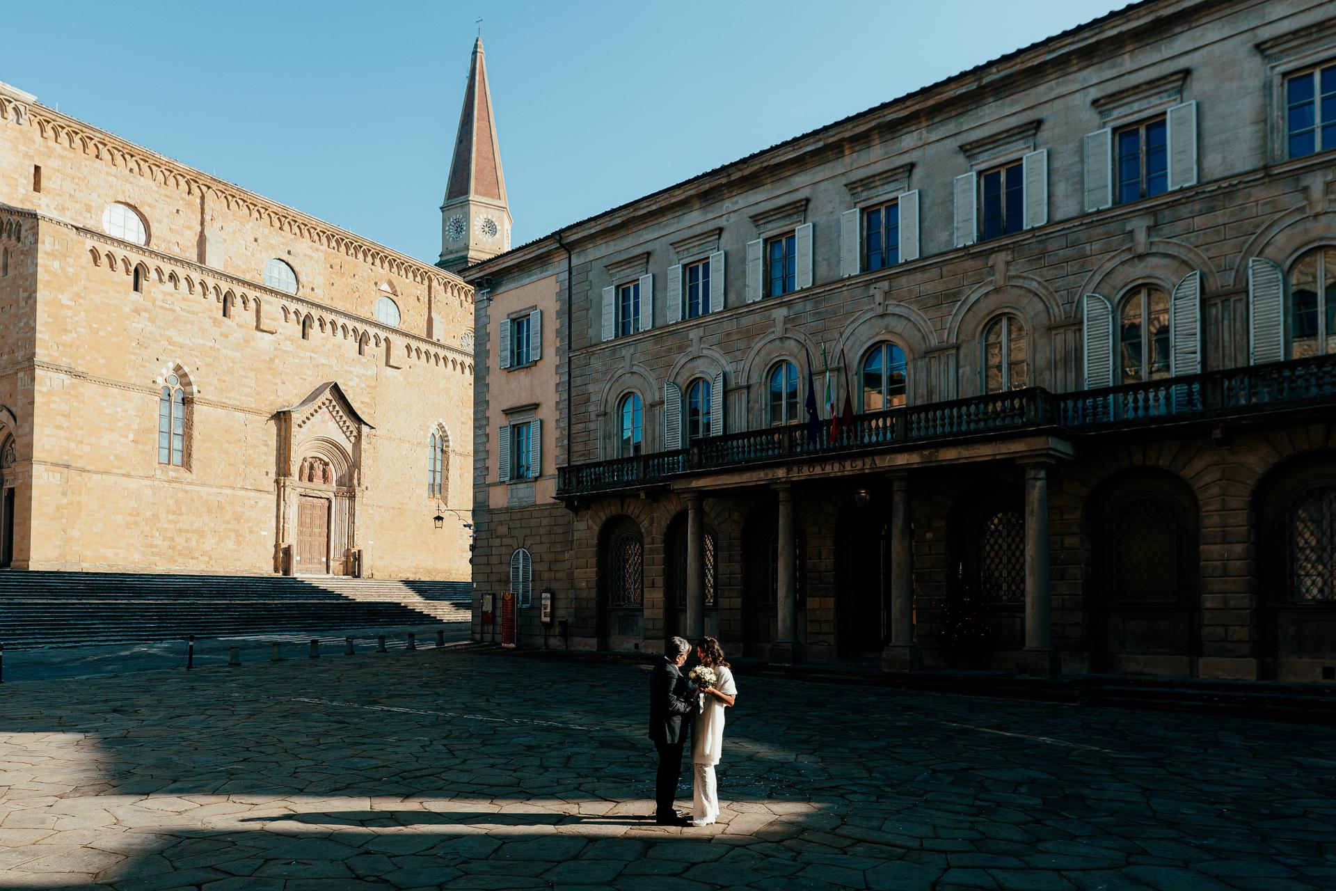 Ayuntamiento de Arezzo - Fotógrafos de bodas de Italia | Los novios comparten unas palabras entre ellos.