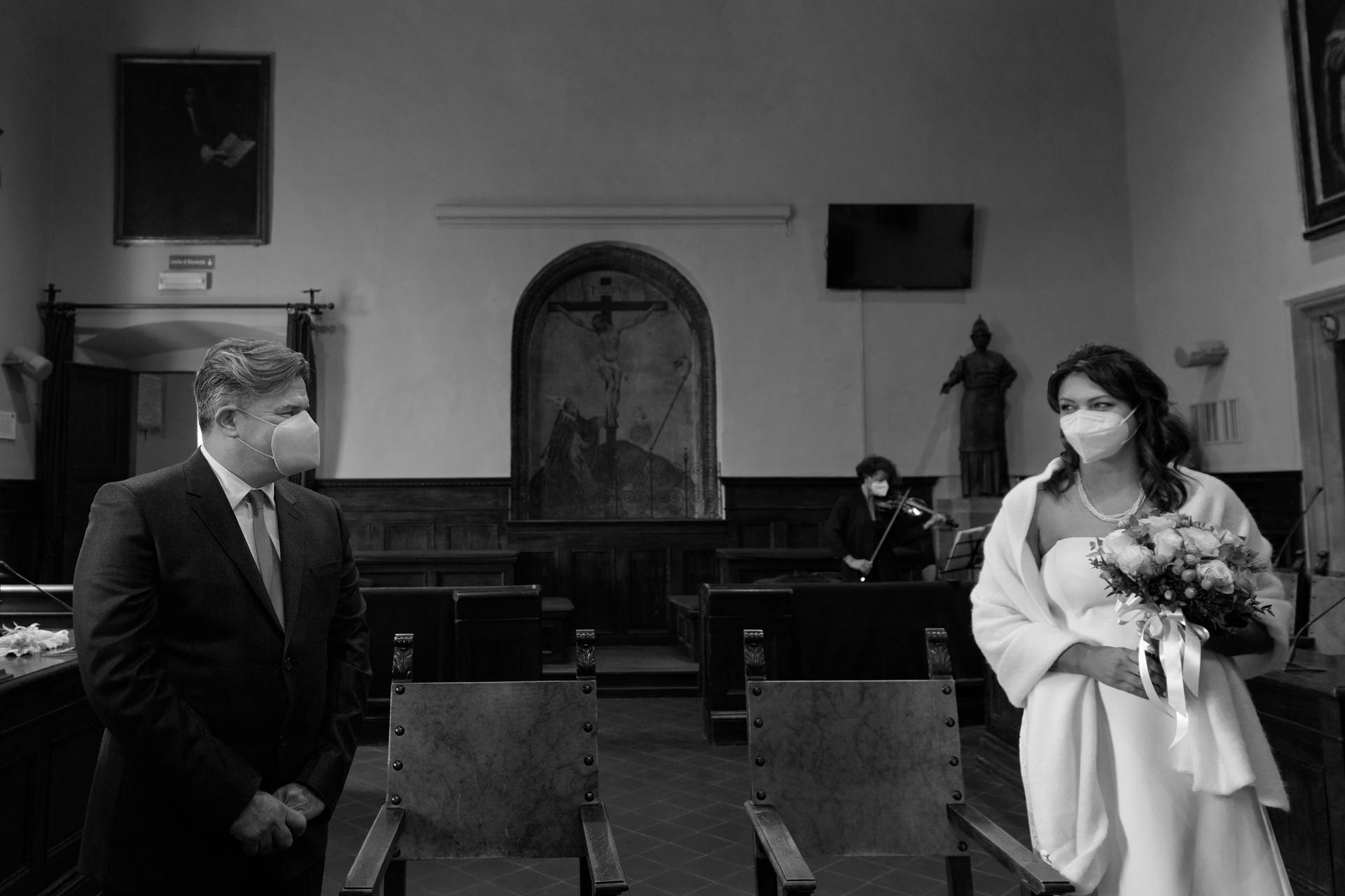 Foto de boda en Italia del Ayuntamiento de Arezzo | La pareja comparte una mirada intensa antes de iniciar la ceremonia.