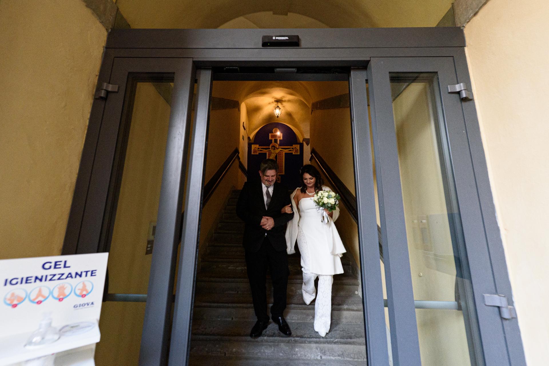 Foto de boda en el ayuntamiento de Arezzo de Italia | Los novios abandonan la sala del consejo como recién casados.