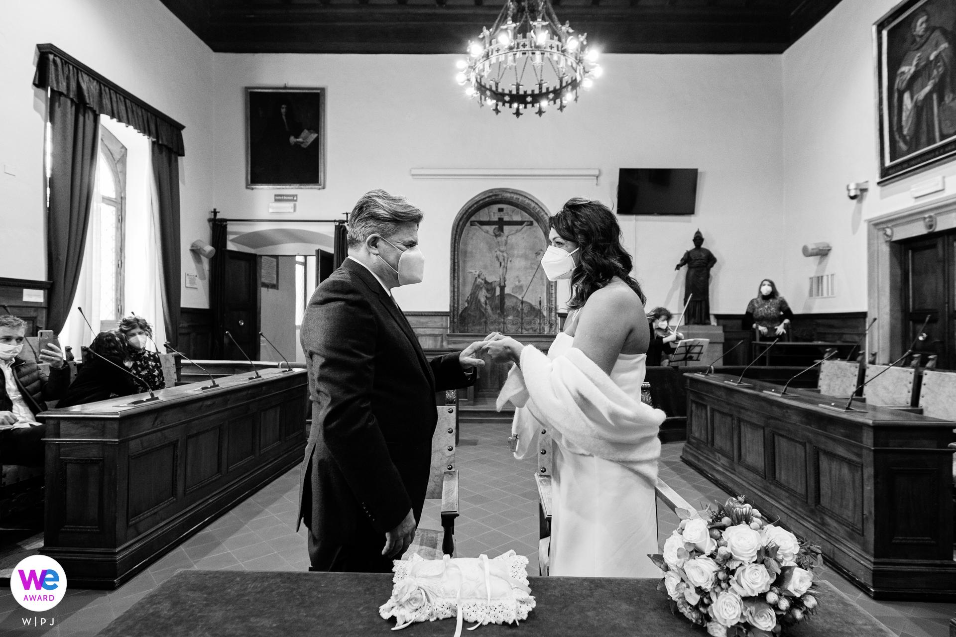 Reportaje de boda en Arezzo en el Ayuntamiento | intensa emoción en los ojos de los esposos