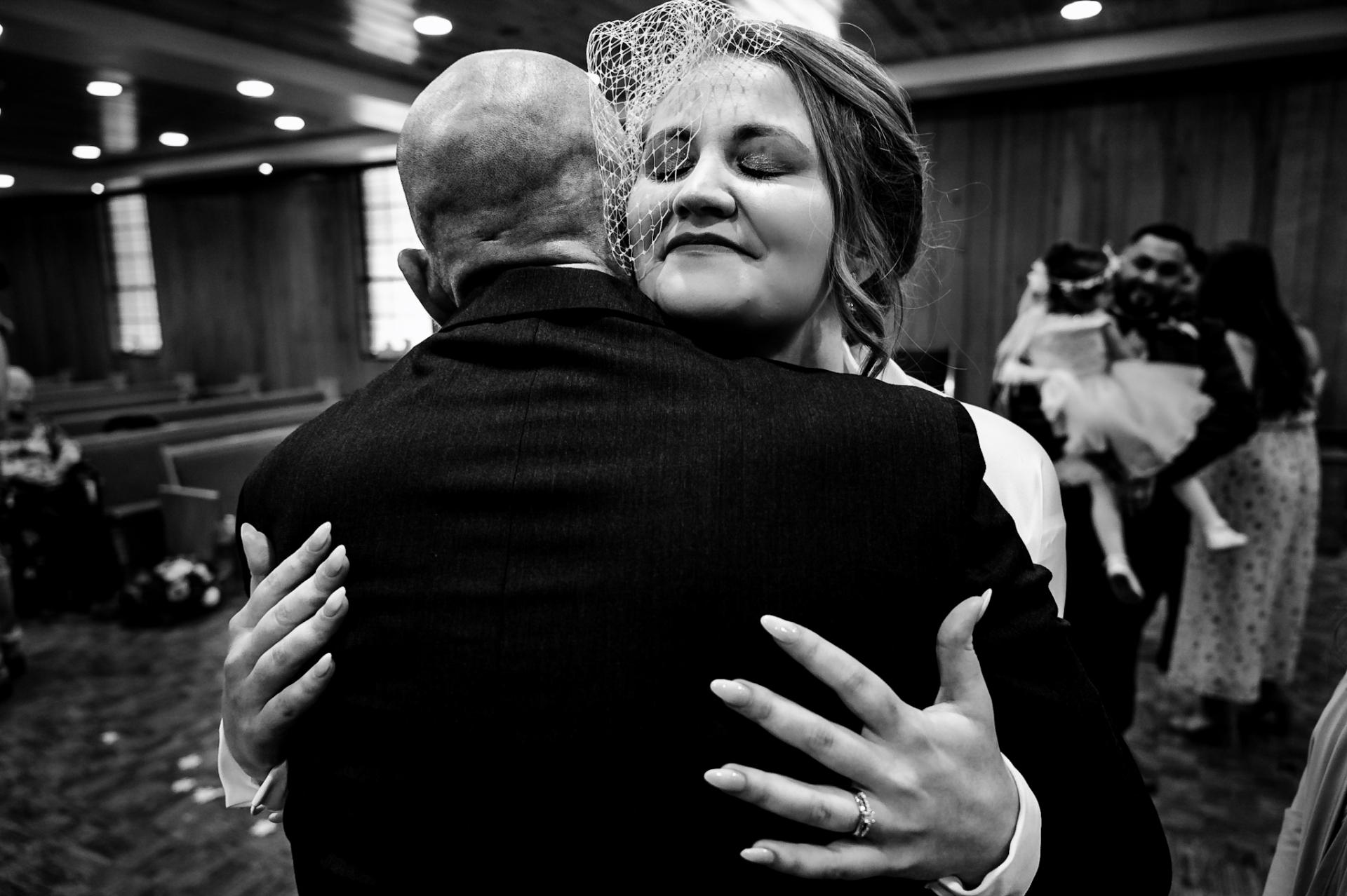 Pigeon Forge, TN Photographie pour les mariages | La mariée et son père s'embrassent