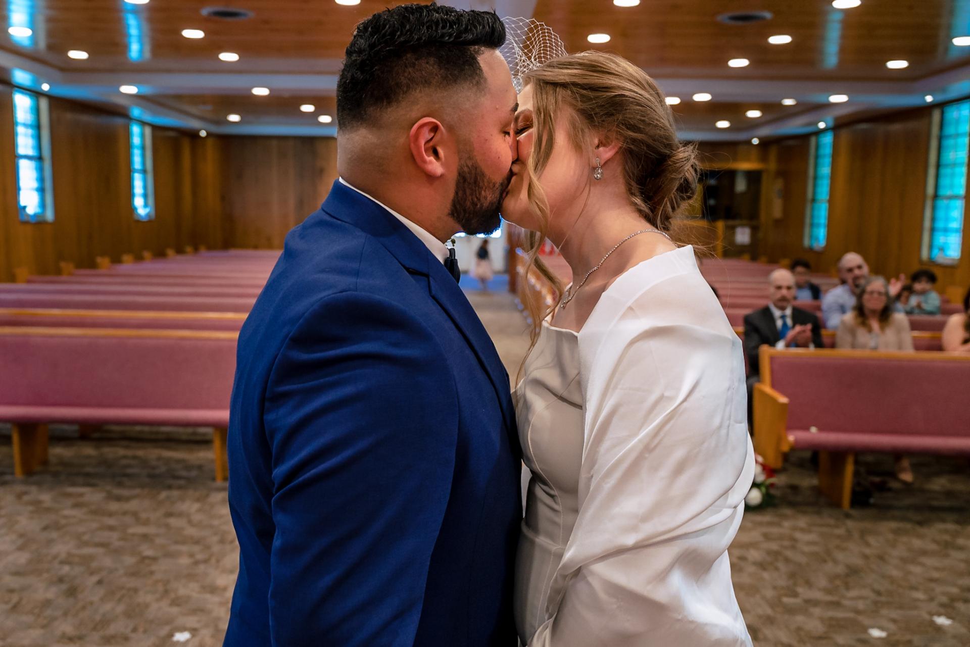 Smoky Mountain Weddings - Photographe de cérémonie TN | premier bisou pour le couple