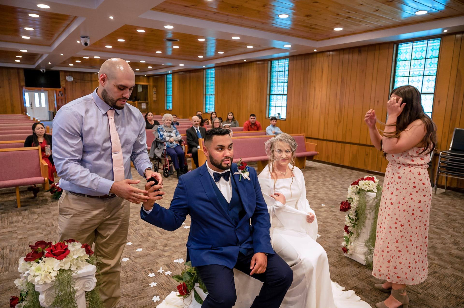 Photographie de mariage et de fuite de Smoky Mountain | Le marié tend la main à son témoin pour attraper les anneaux