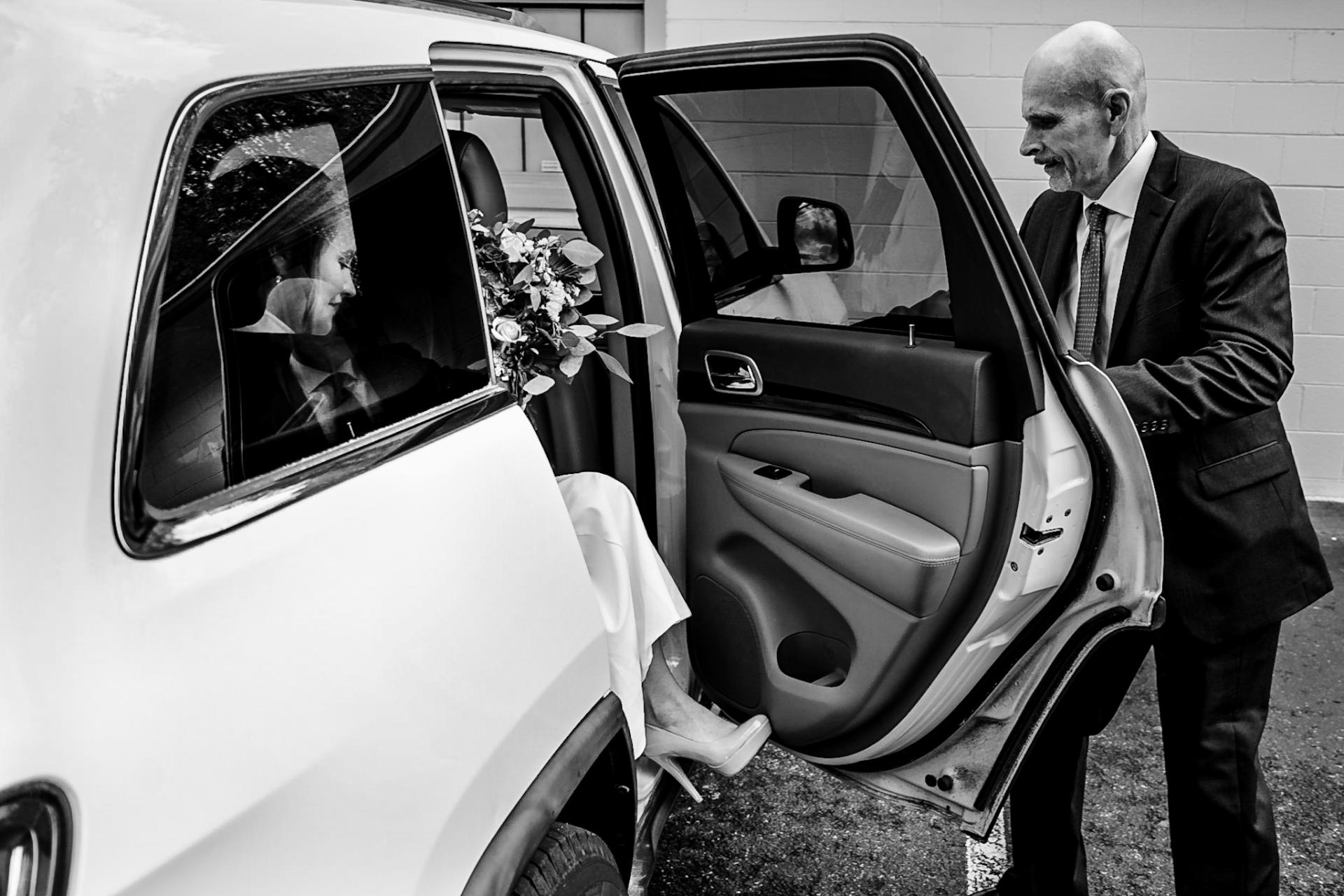 Photographie de mariage Smoky Mountain | Le père de la mariée ouvre la portière de la voiture