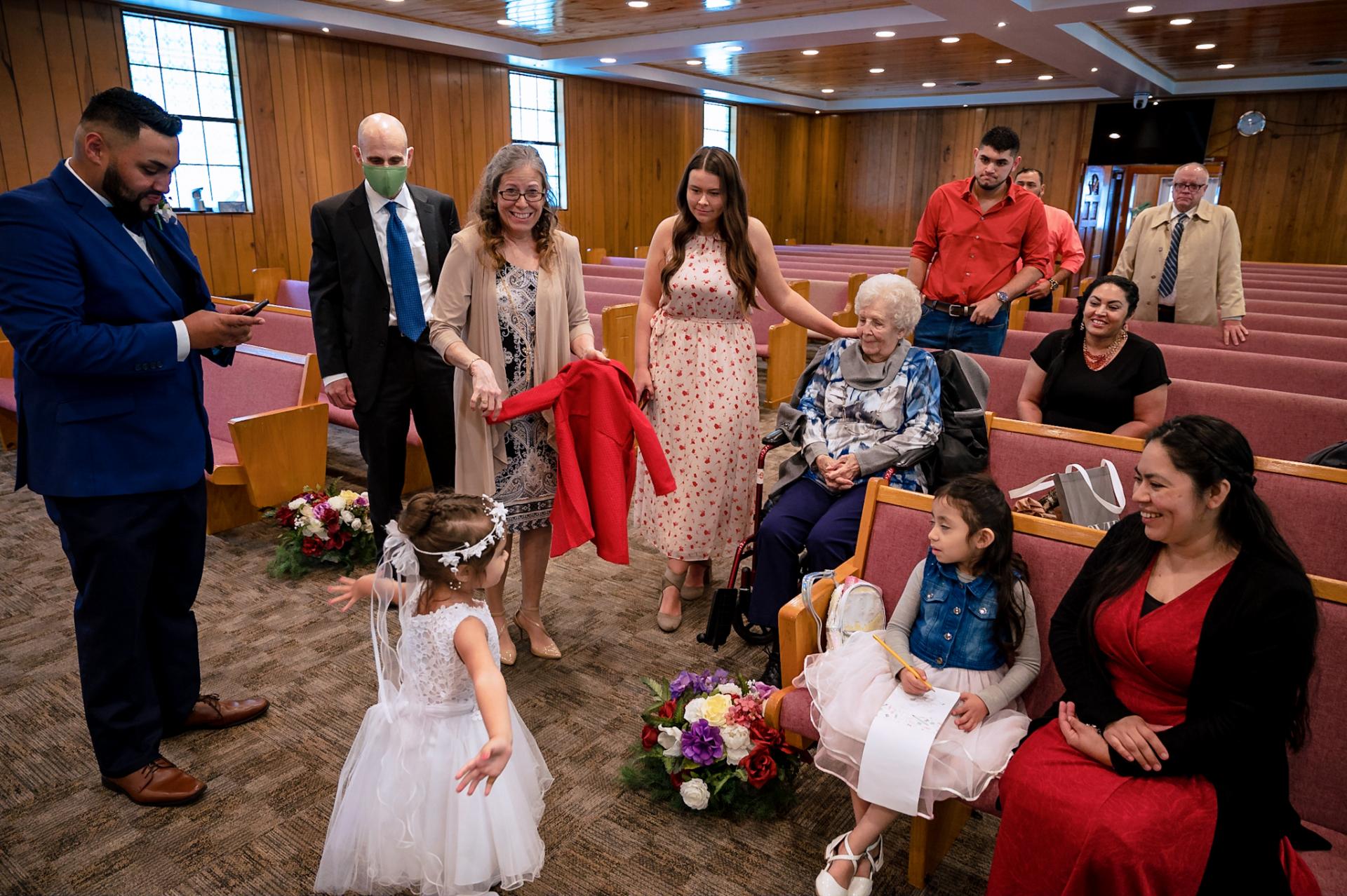 Mariage intime à l'église - Smoky Mountain Photography | en attendant l'arrivée de la mariée à l'intérieur de l'église