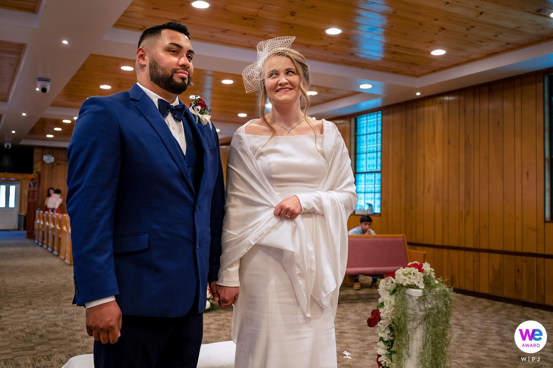 Photographes de mariage à Pigeon Forge | La mariée donne au marié un look mignon