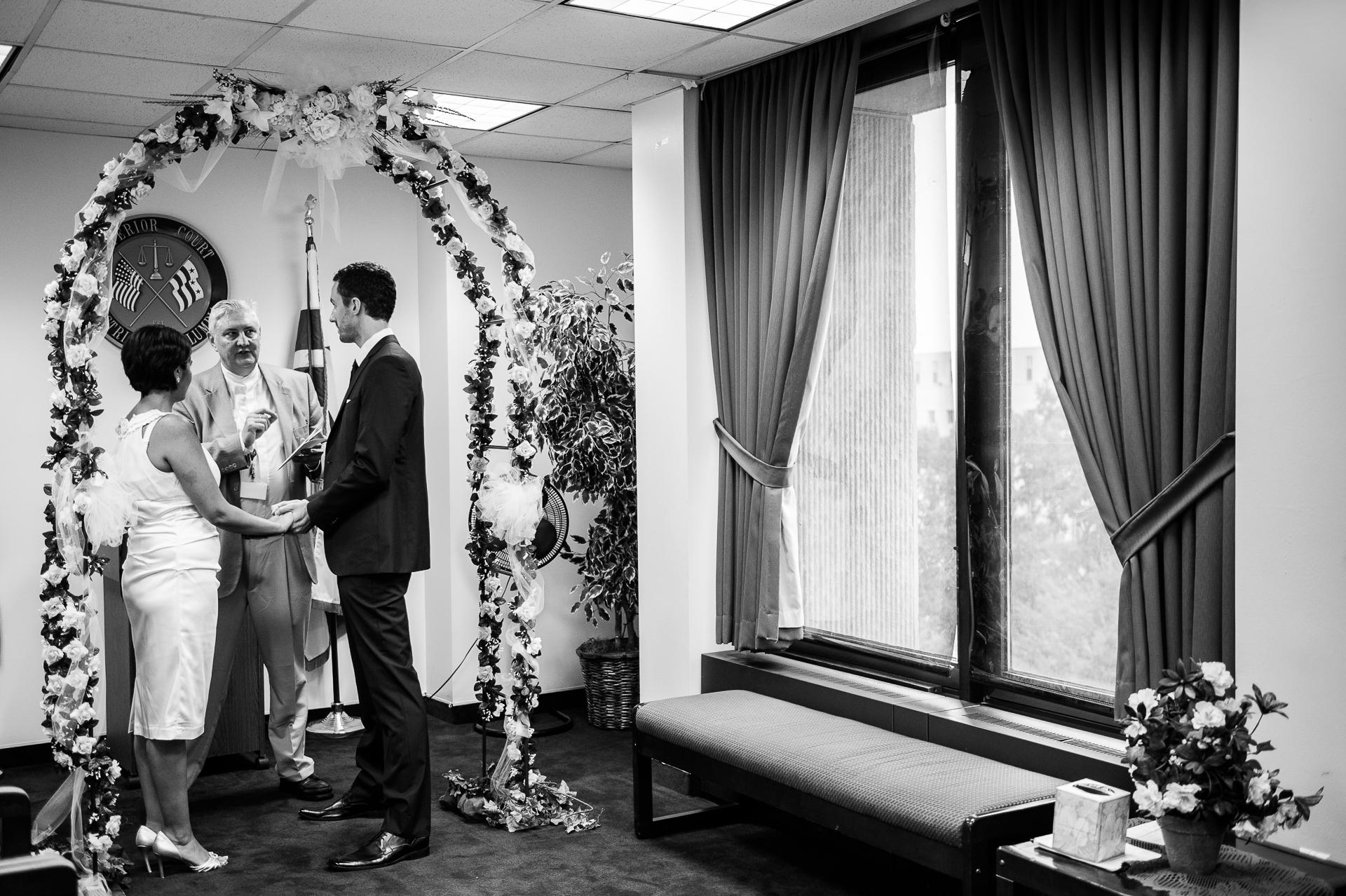 Imagen de la boda del Tribunal Superior de DC, Washington, DC | La suite para ceremonias civiles era pequeña