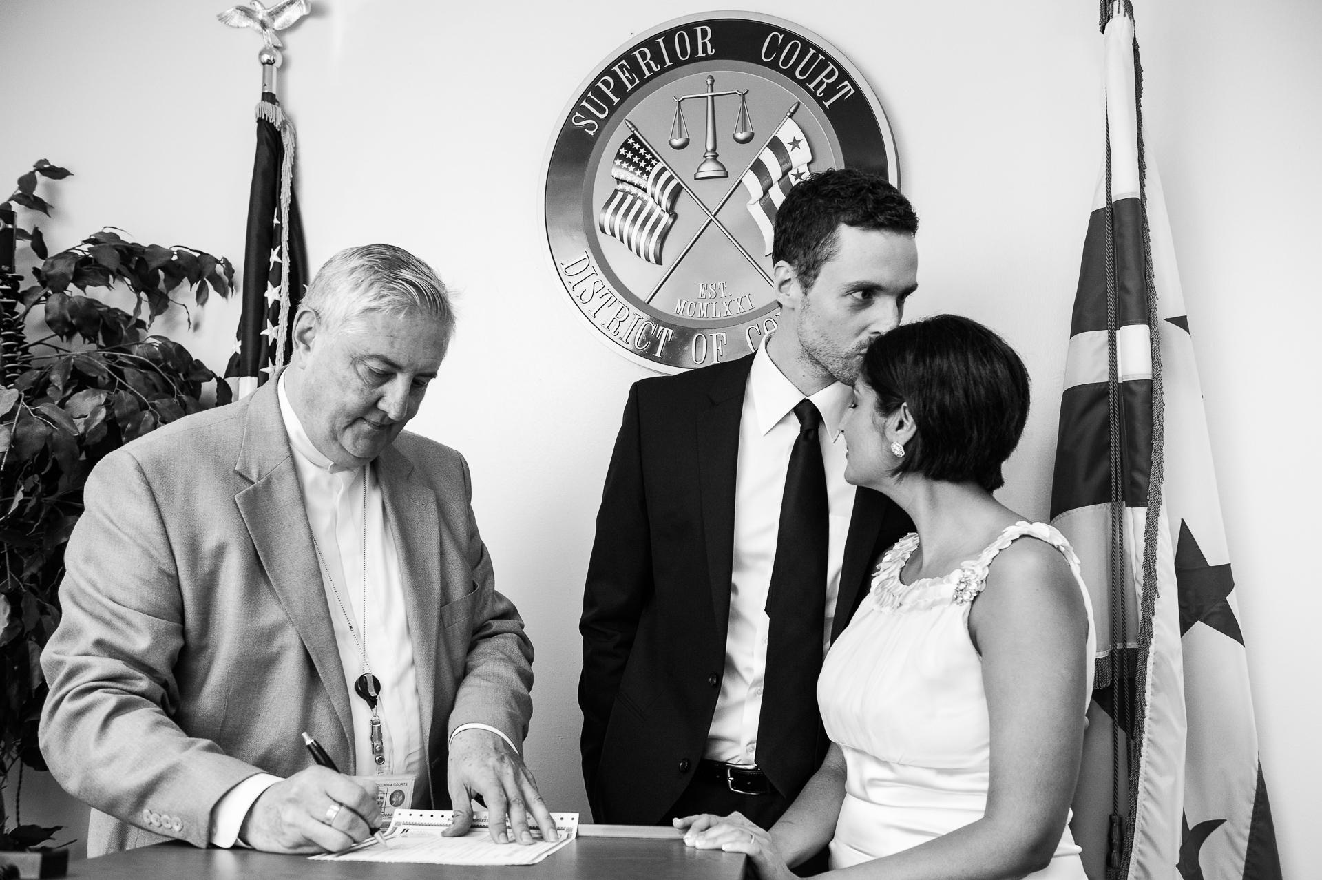 Imagen de BW de la Corte Superior de DC, Boda en Washington | Unas pocas palabras