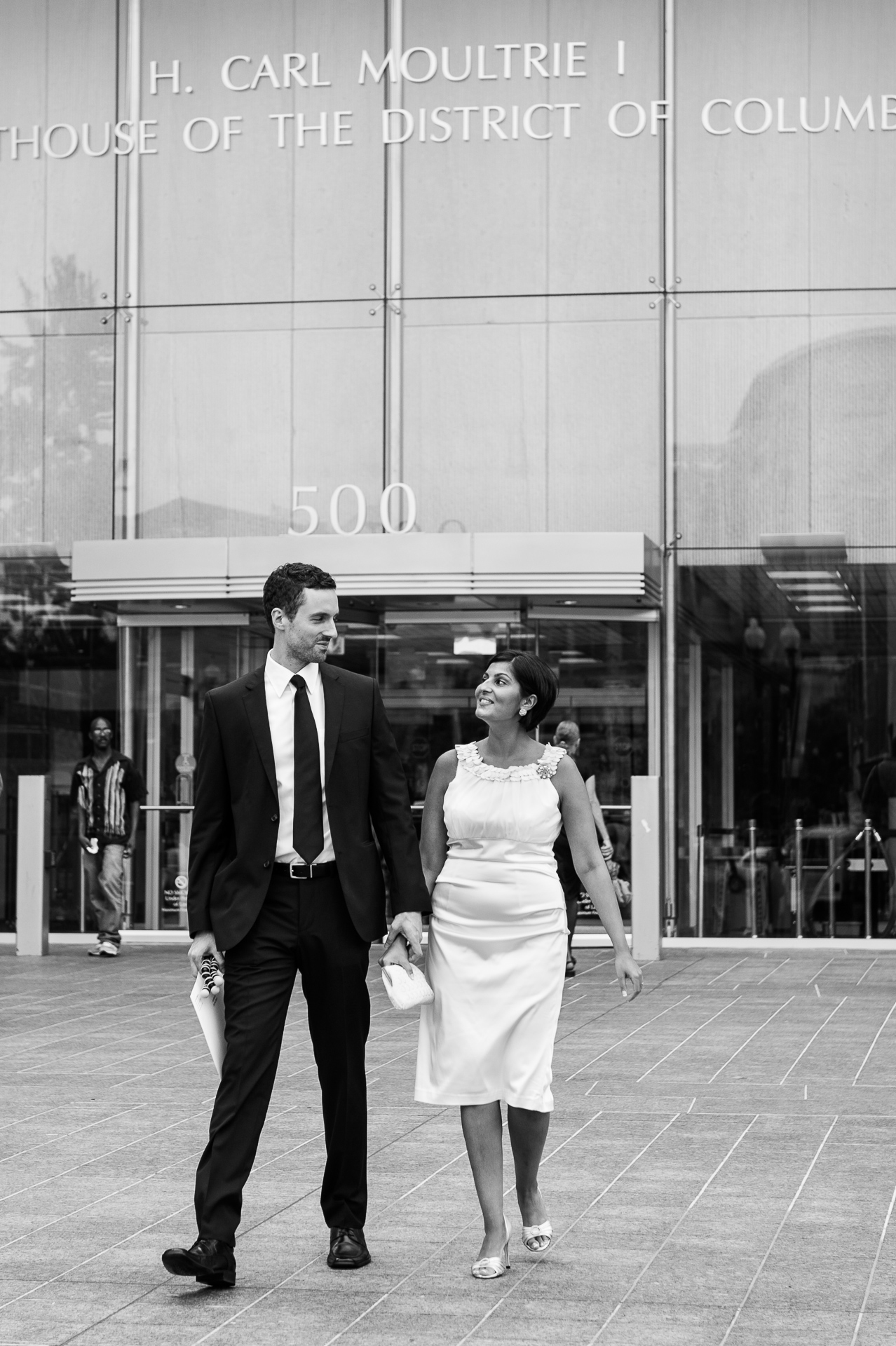 Corte superior, DC Fotografía de novios | la pareja está saliendo del juzgado