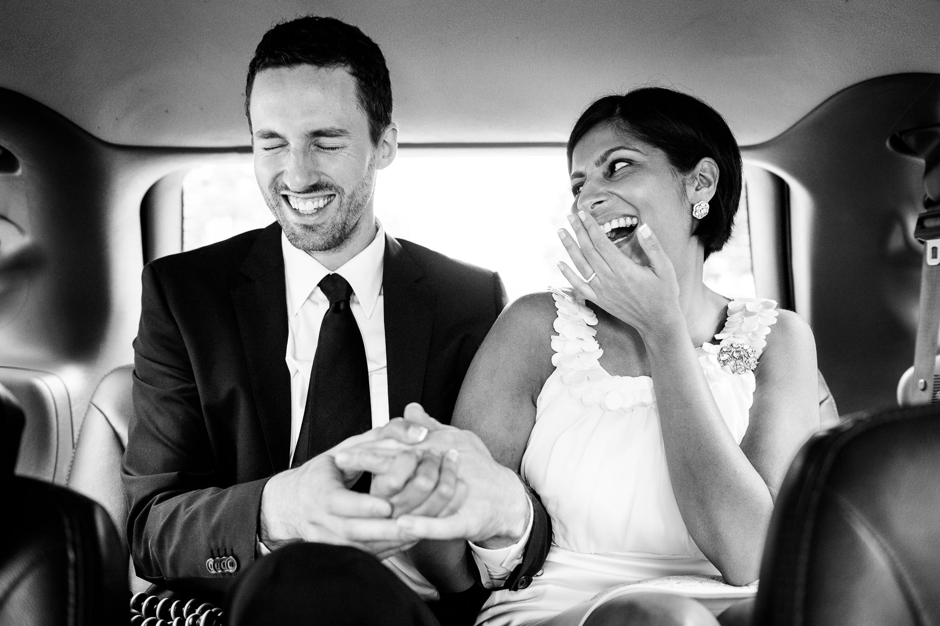 Imagen de boda de BW desde un taxi - Washington, DC | Al mediodía, terminaron