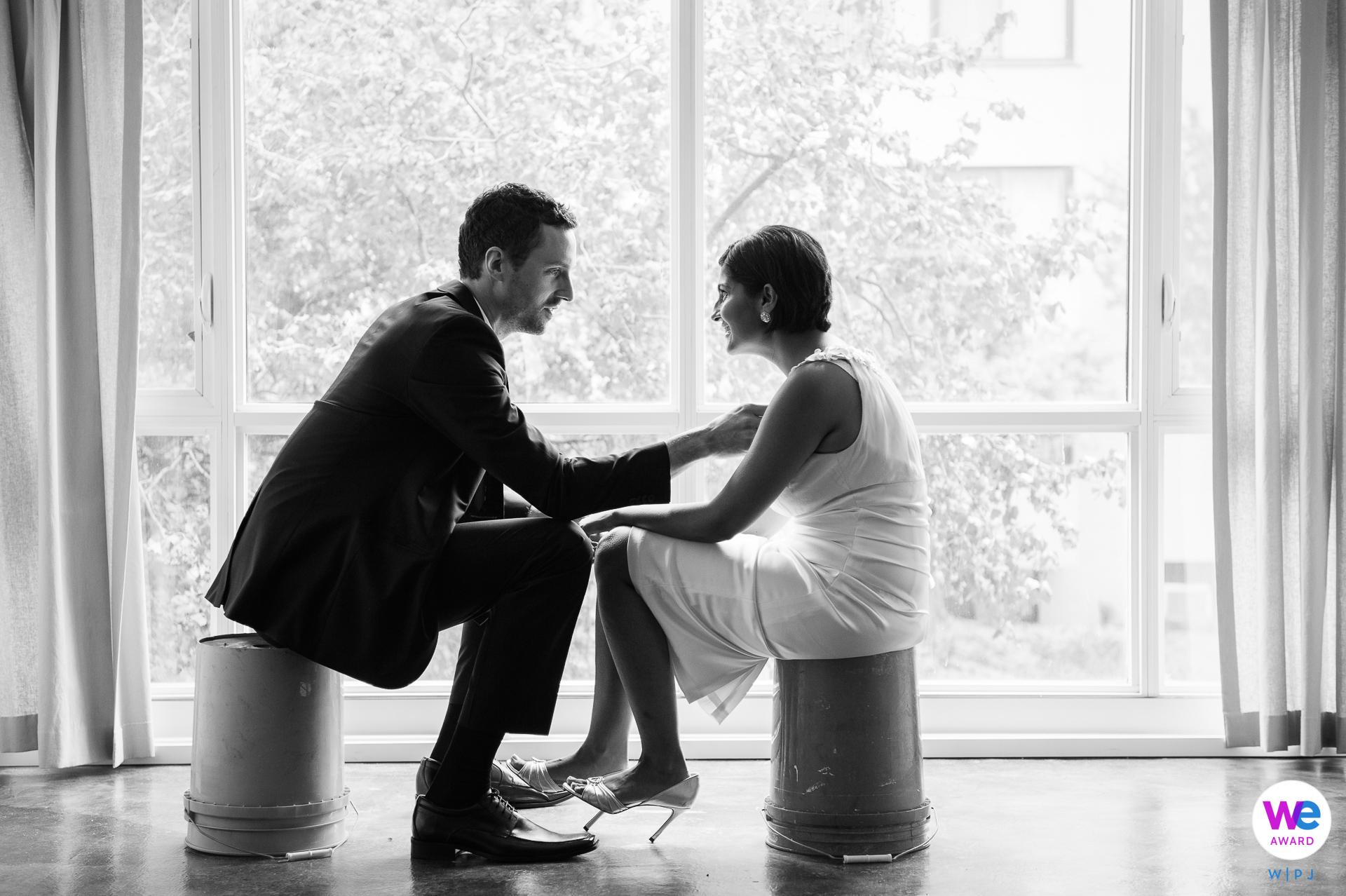 Washington, DC foto de la boda de los pares | Se acababan de mudar a su apartamento y tenían pocos muebles.