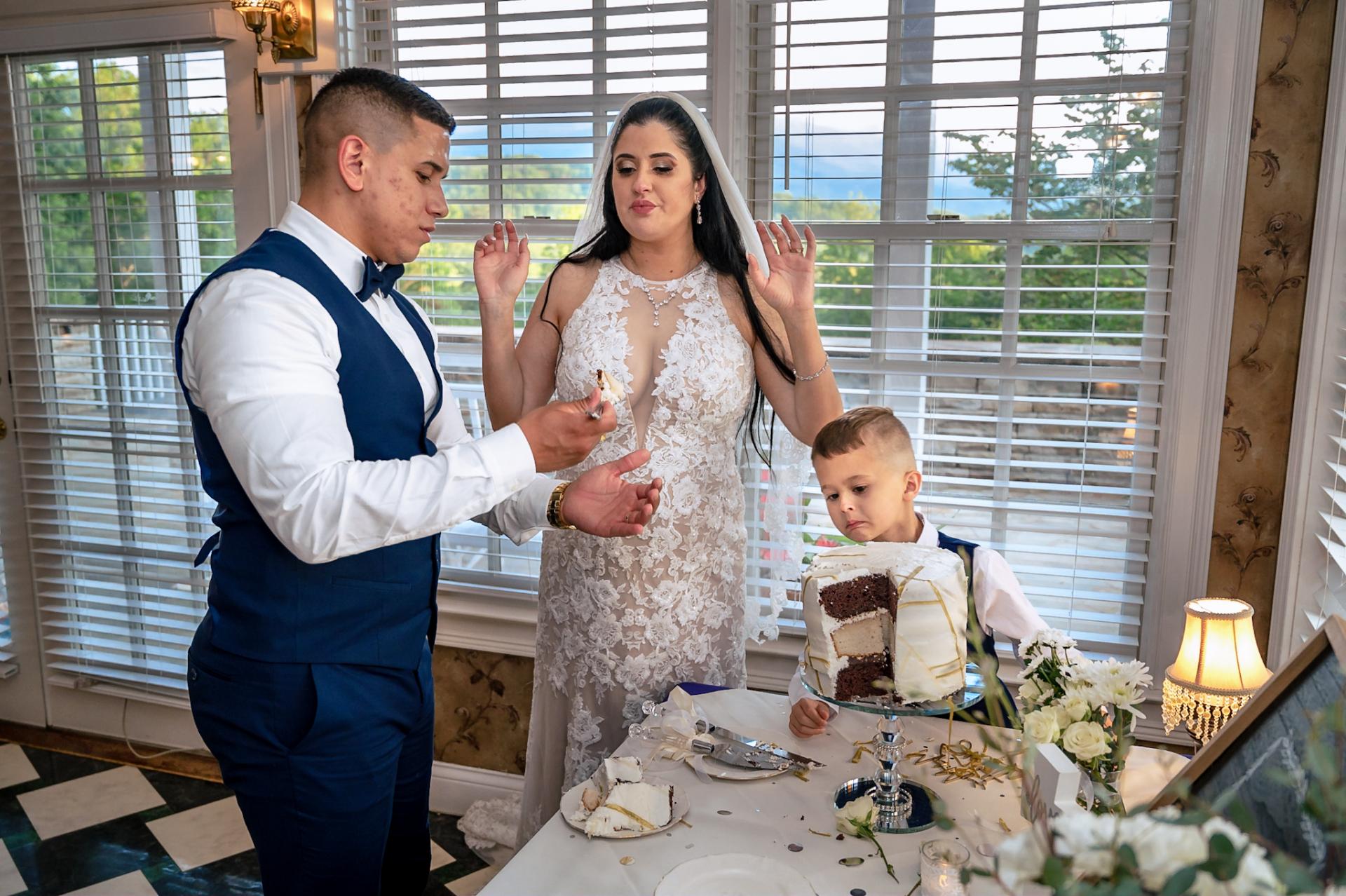 Fotógrafo de bodas de Hippensteal's Mountain View Inn | Durante el corte del bizcocho
