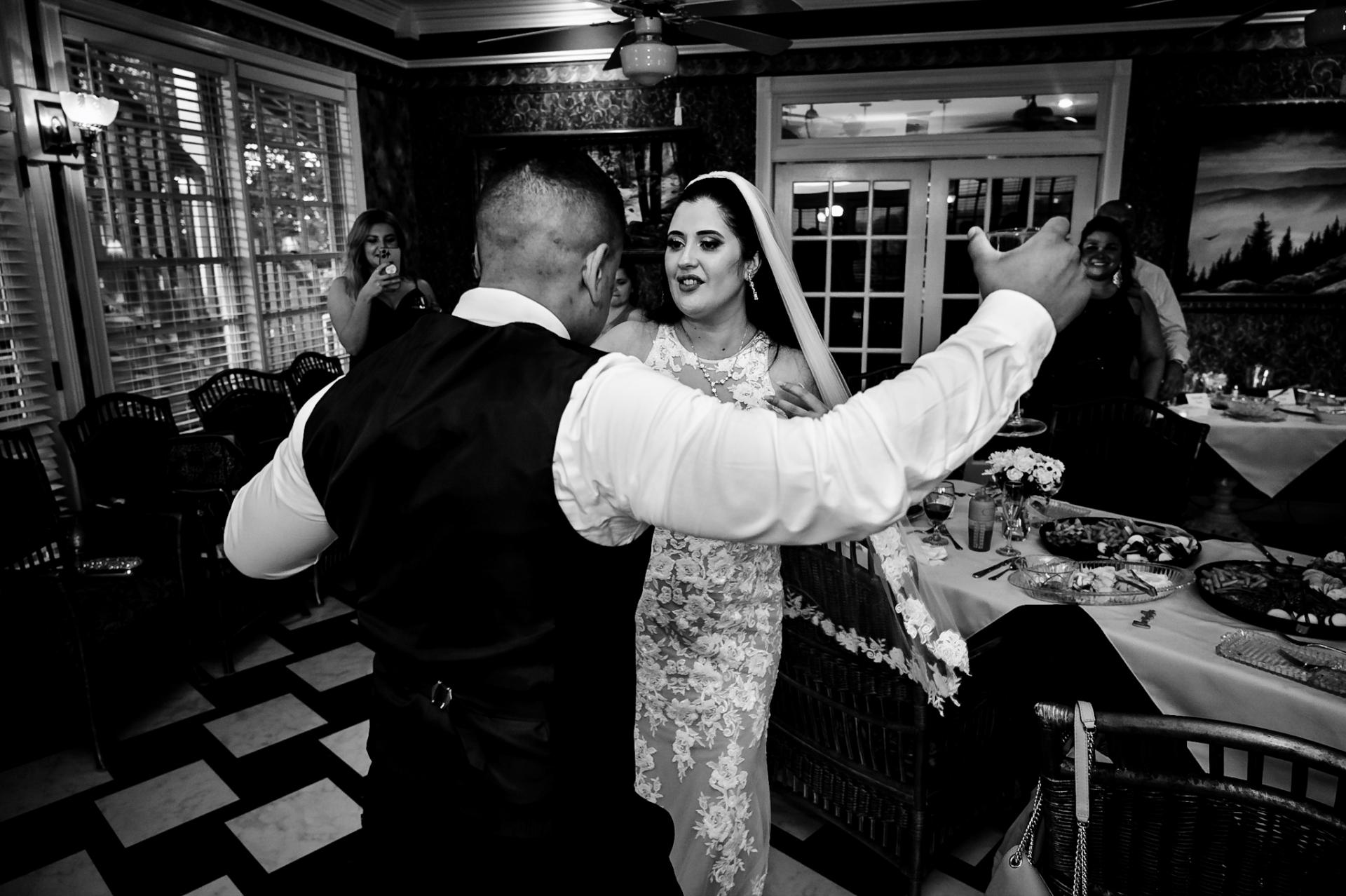 Imagen de novio / a de BW de Mountain View Inn de Hippensteal | La pareja de recién casados en la pista de baile