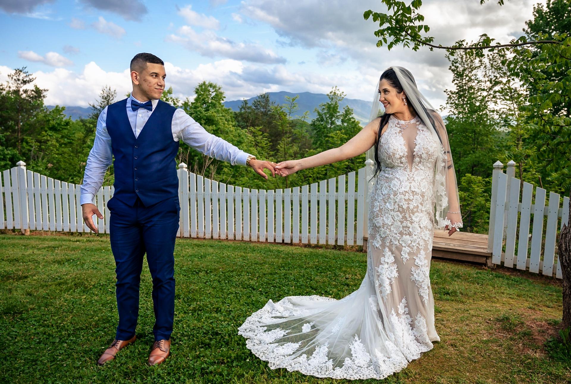 Bodas en el Mountain View Inn de Hippensteal, Gatlinburg | Los recién casados se dan la mano durante una sesión de retratos