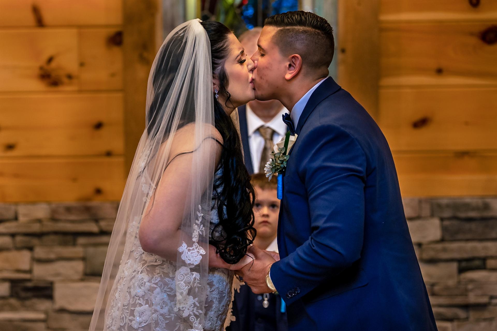 Fotógrafo de bodas de la pequeña capilla de troncos de Gatlinburg | El primer beso de los novios