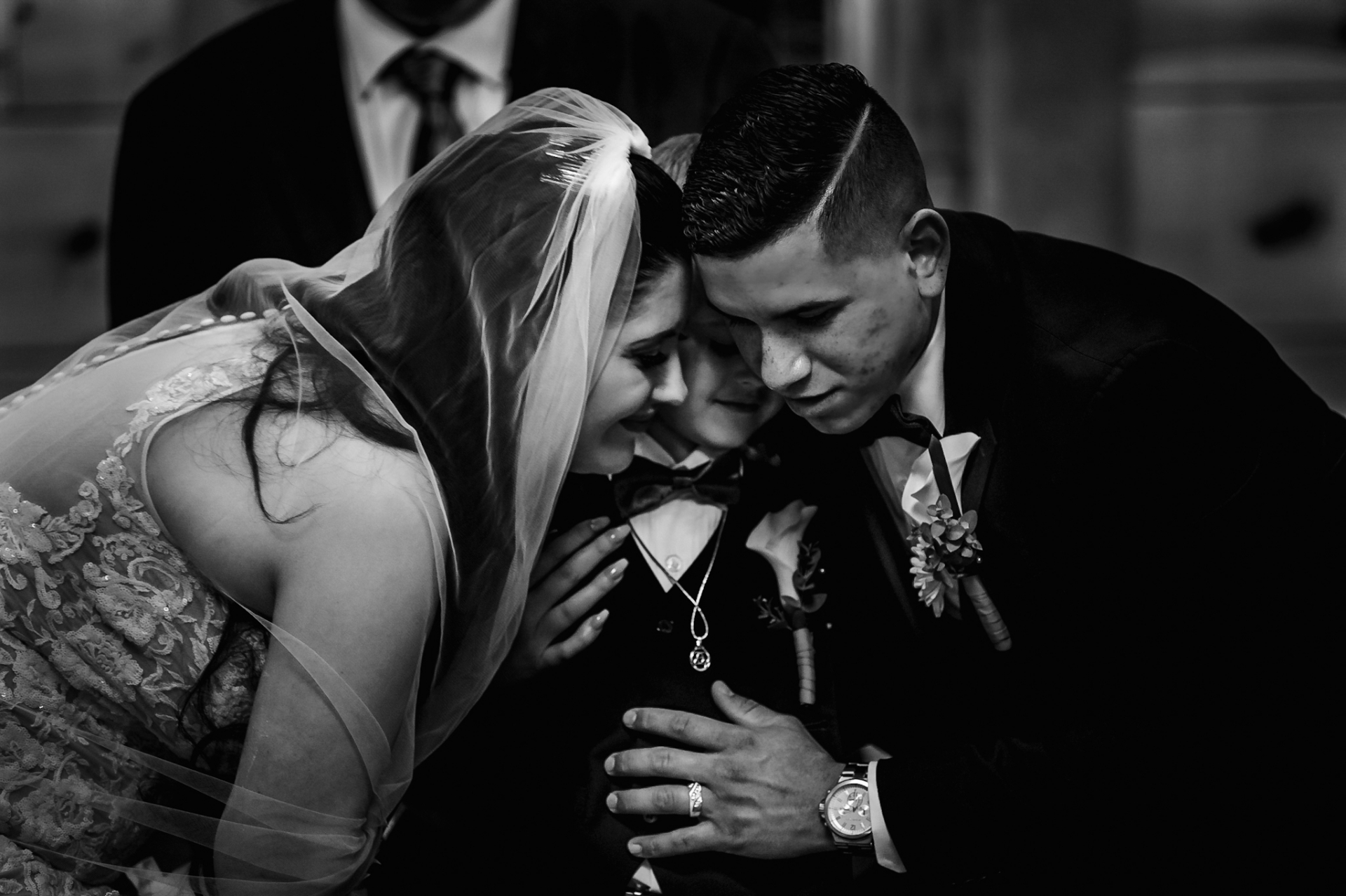 Capilla de bodas de troncos pequeños | Imagen del lugar de Gatlinburg de la pareja abrazando a su hijo