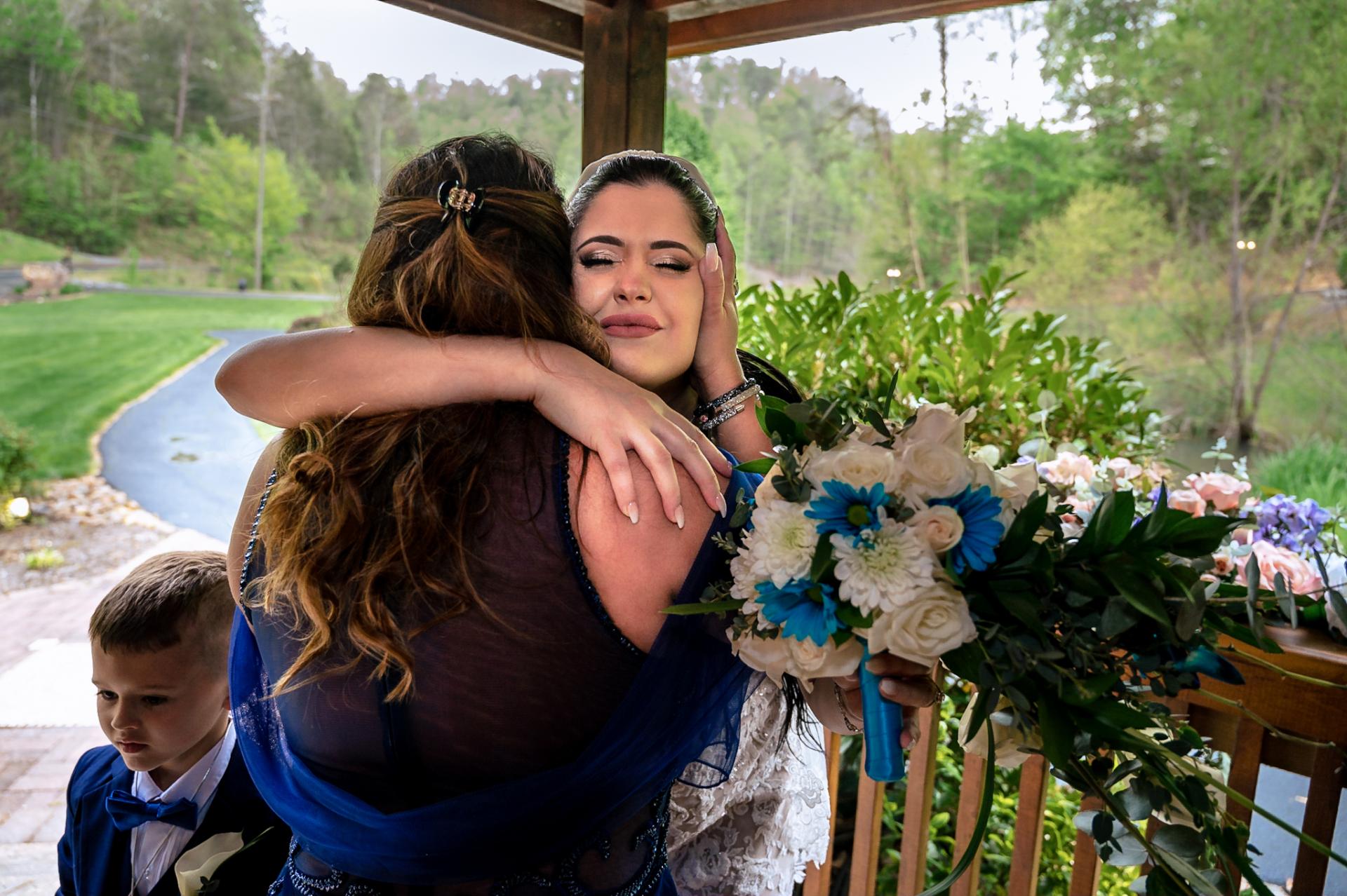 Fotografía de bodas Smoky Mountain - Gatlinburg | La novia le da un emotivo abrazo a una de sus amigas más queridas