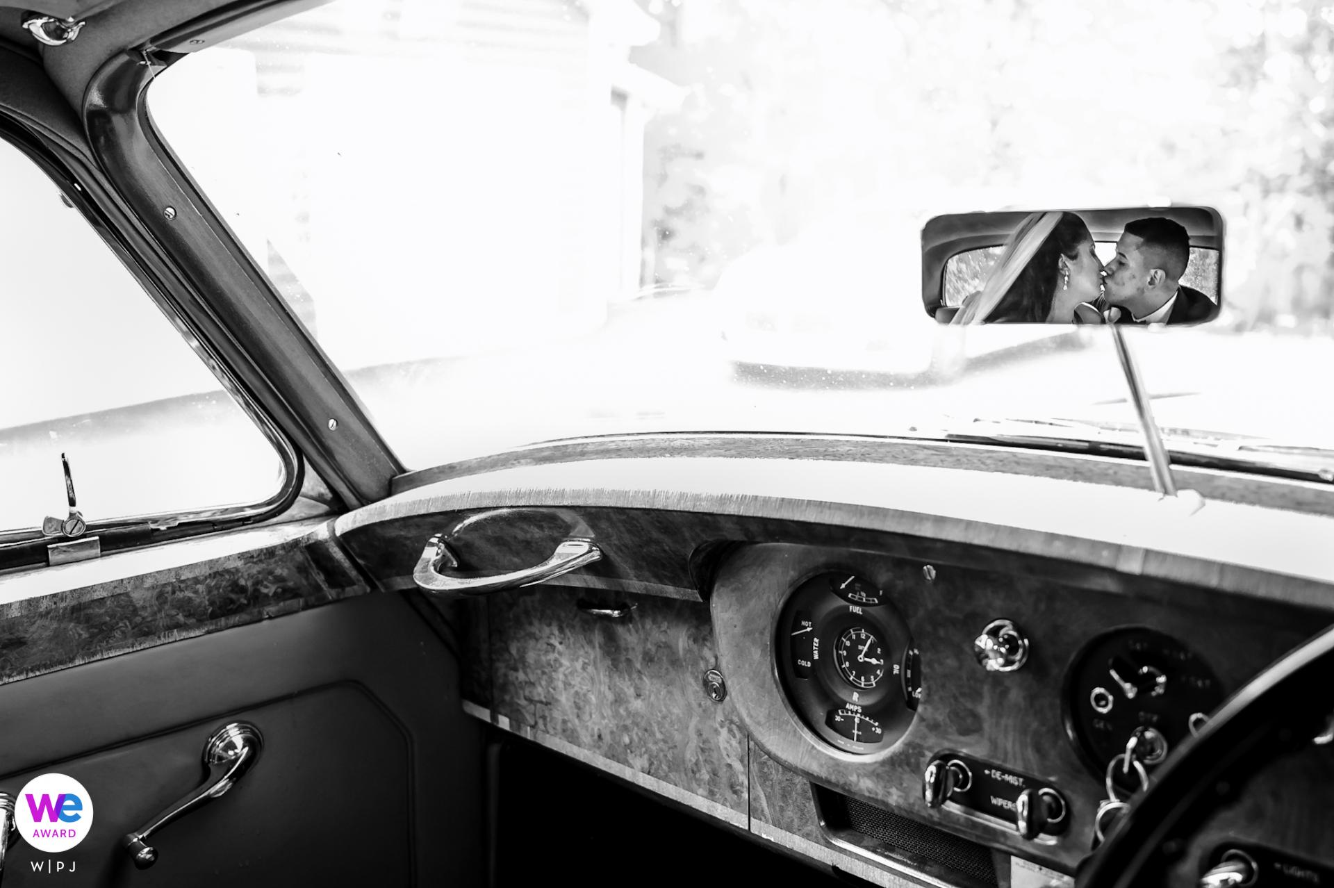 Mountain View Inn de Hippensteal | Retrato de pareja de novios en el interior de un vehículo clásico Rolls Royce