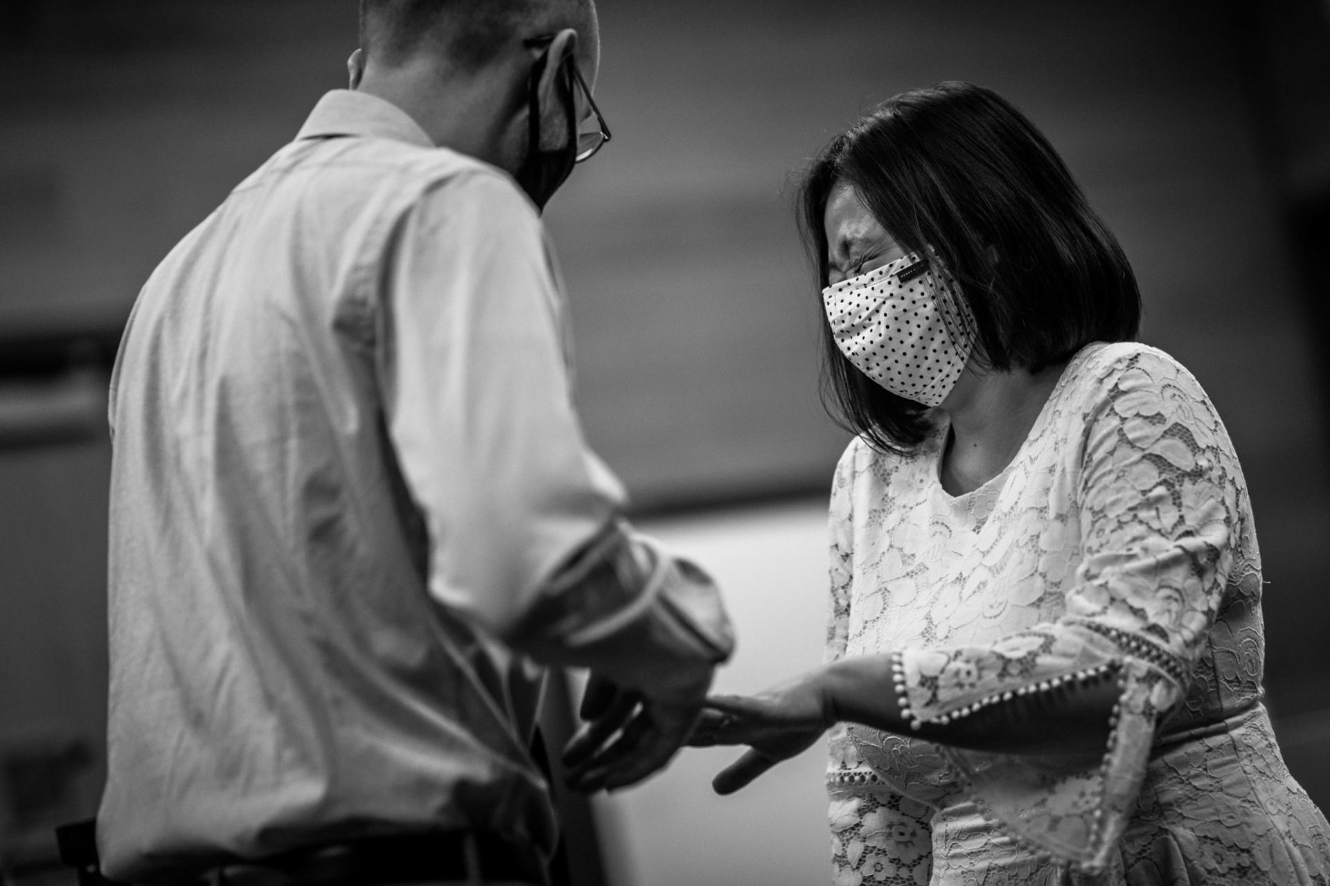 Fotografía de la boda de Minnesota Courthouse | Durante la ceremonia, la novia se ríe mientras el novio se inquieta.