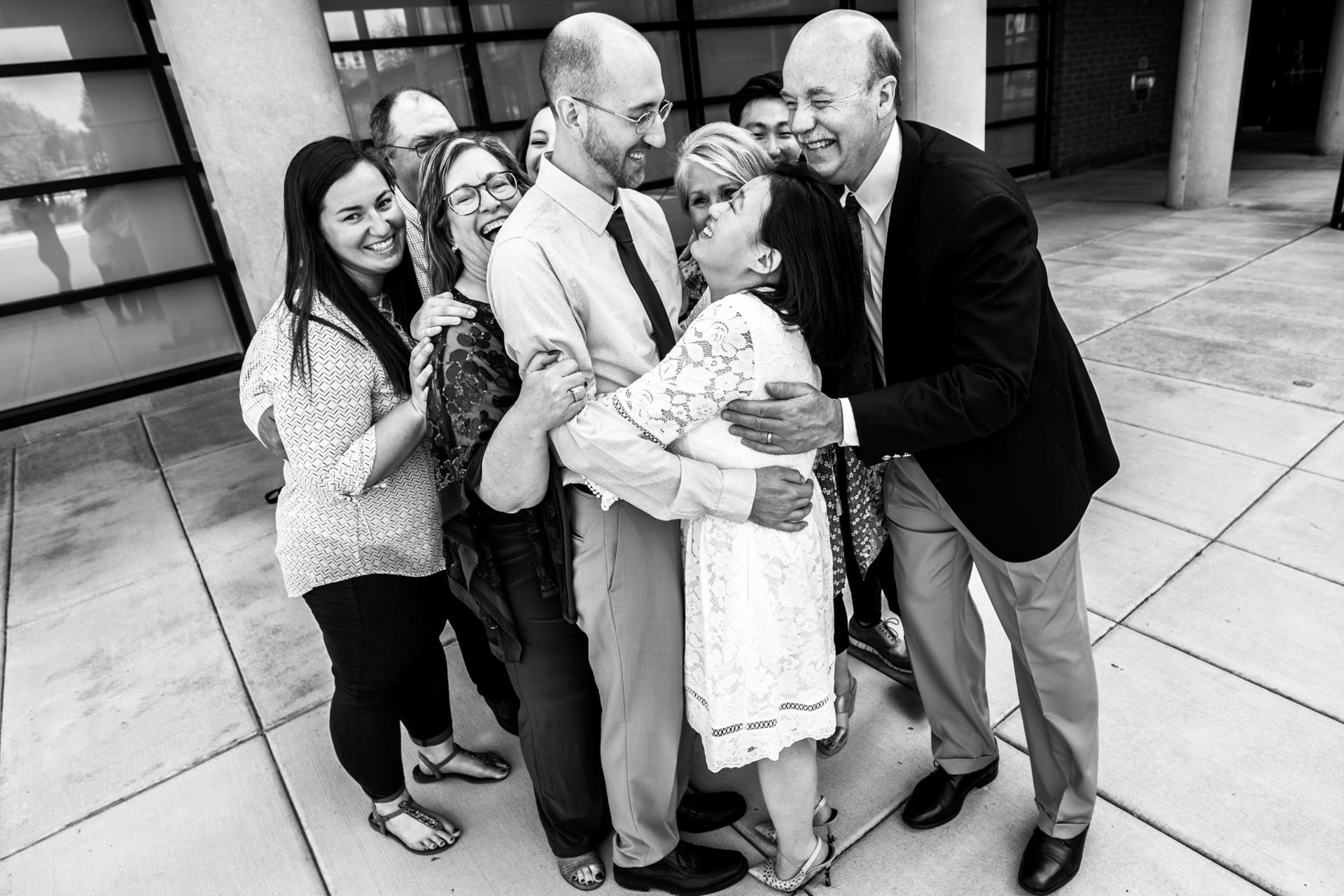 Fotos de boda históricas del Palacio de Justicia de MN | La familia de los novios hace un gran abrazo grupal.
